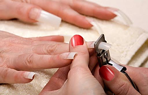Гелевые ногти сначала отрезают.