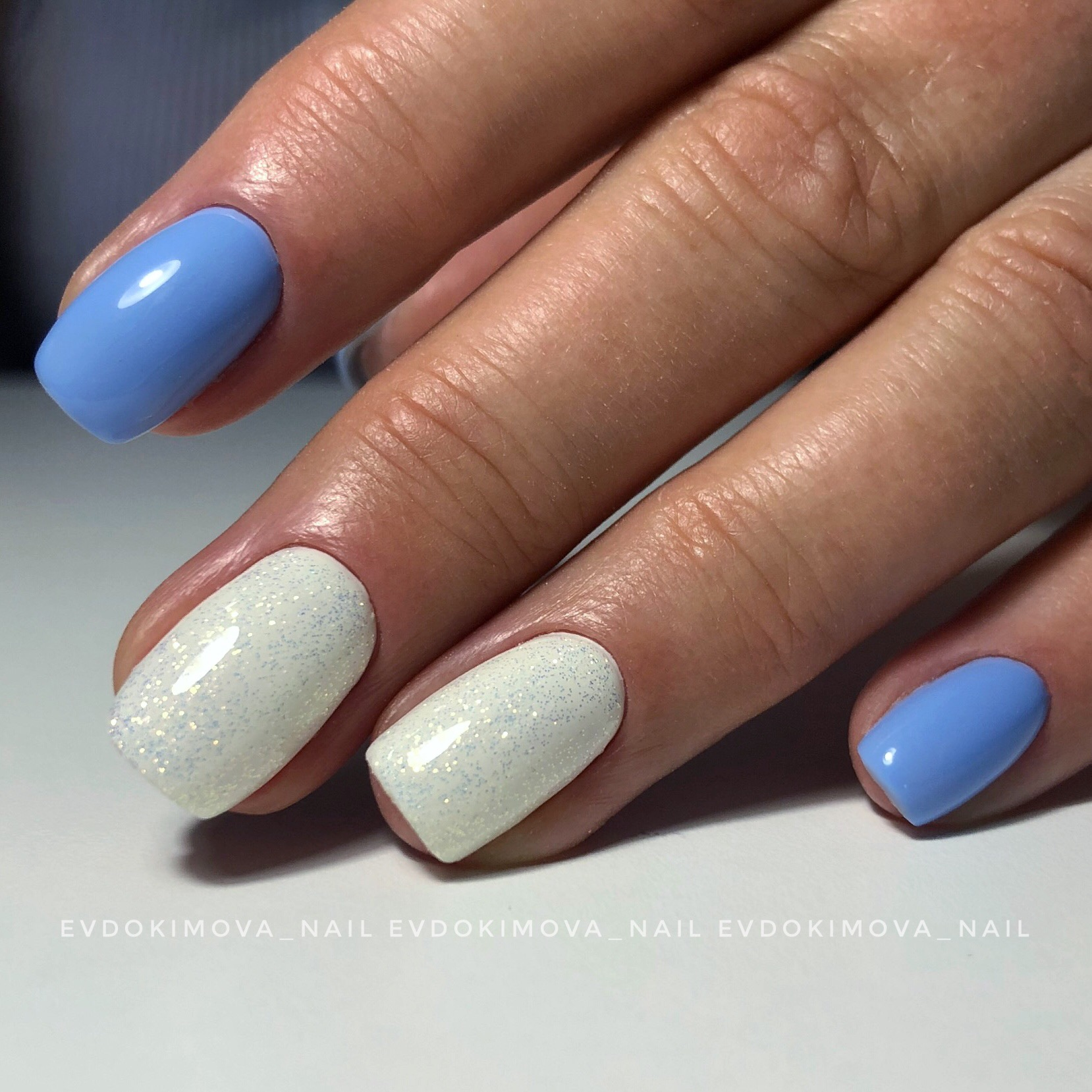 Маникюр с блестками на короткие ногти.