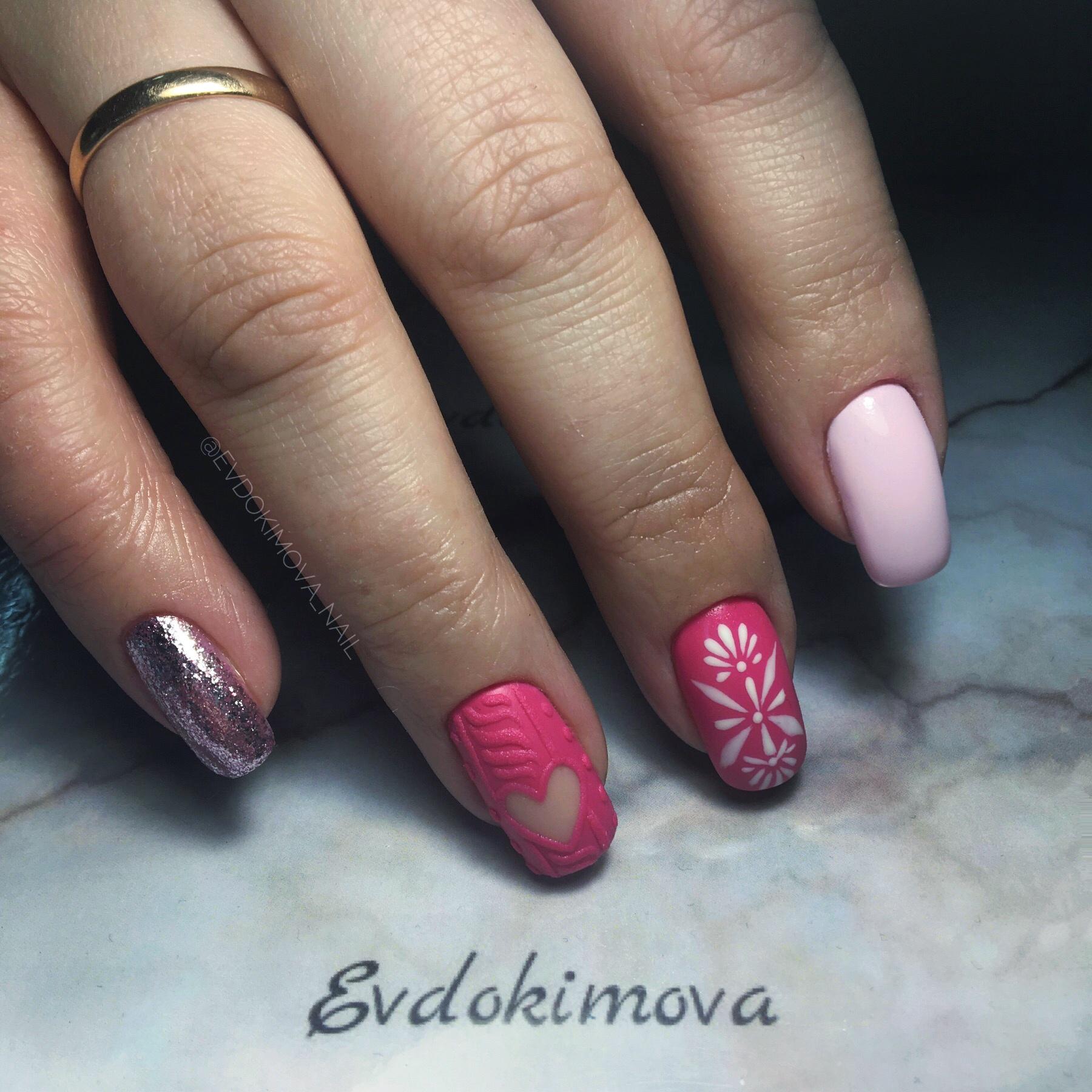 Зимний маникюр с вязаным дизайном, снежинками и серебряными блестками в розовом цвете.