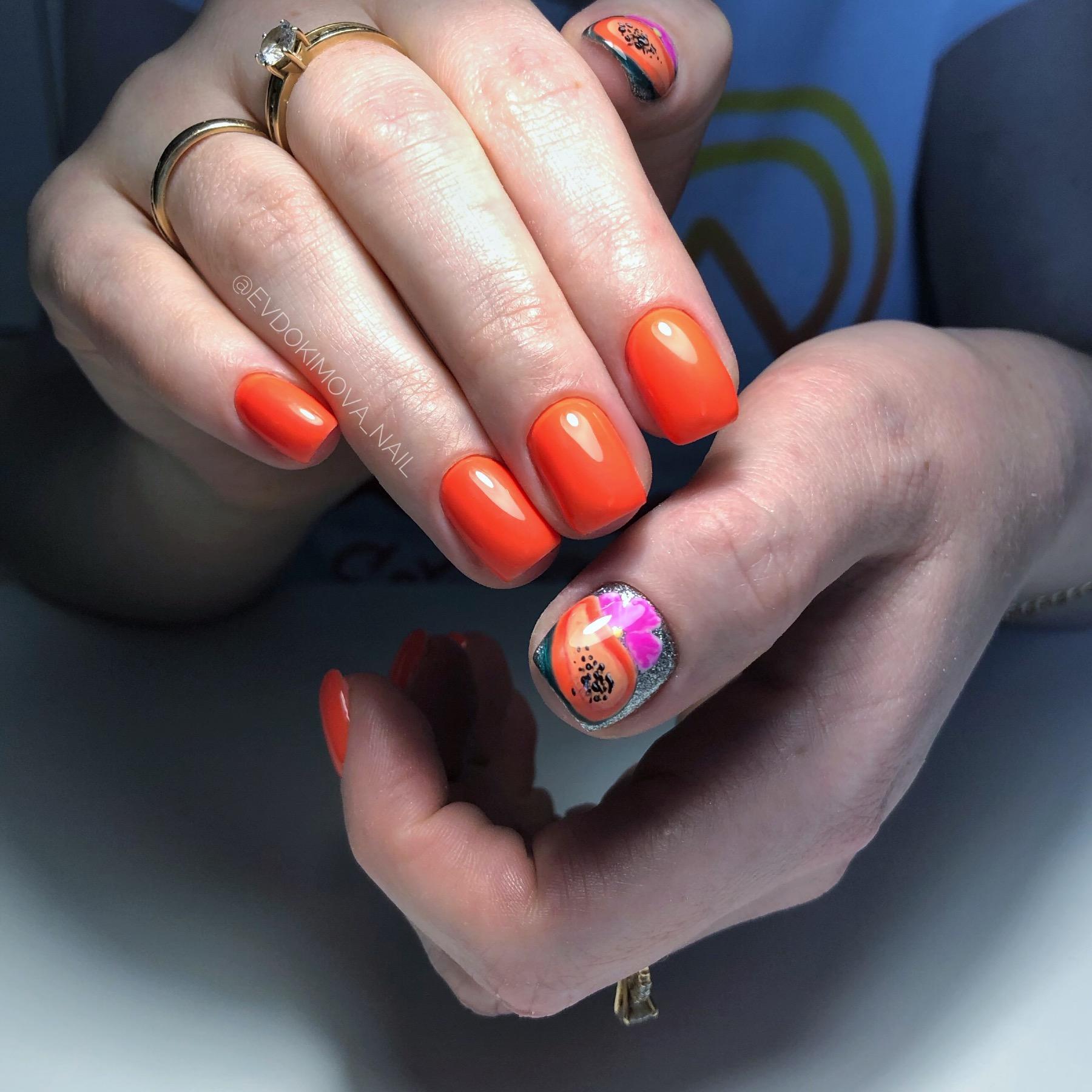 Маникюр с фруктовым рисунком в рыжем цвете на короткие ногти.