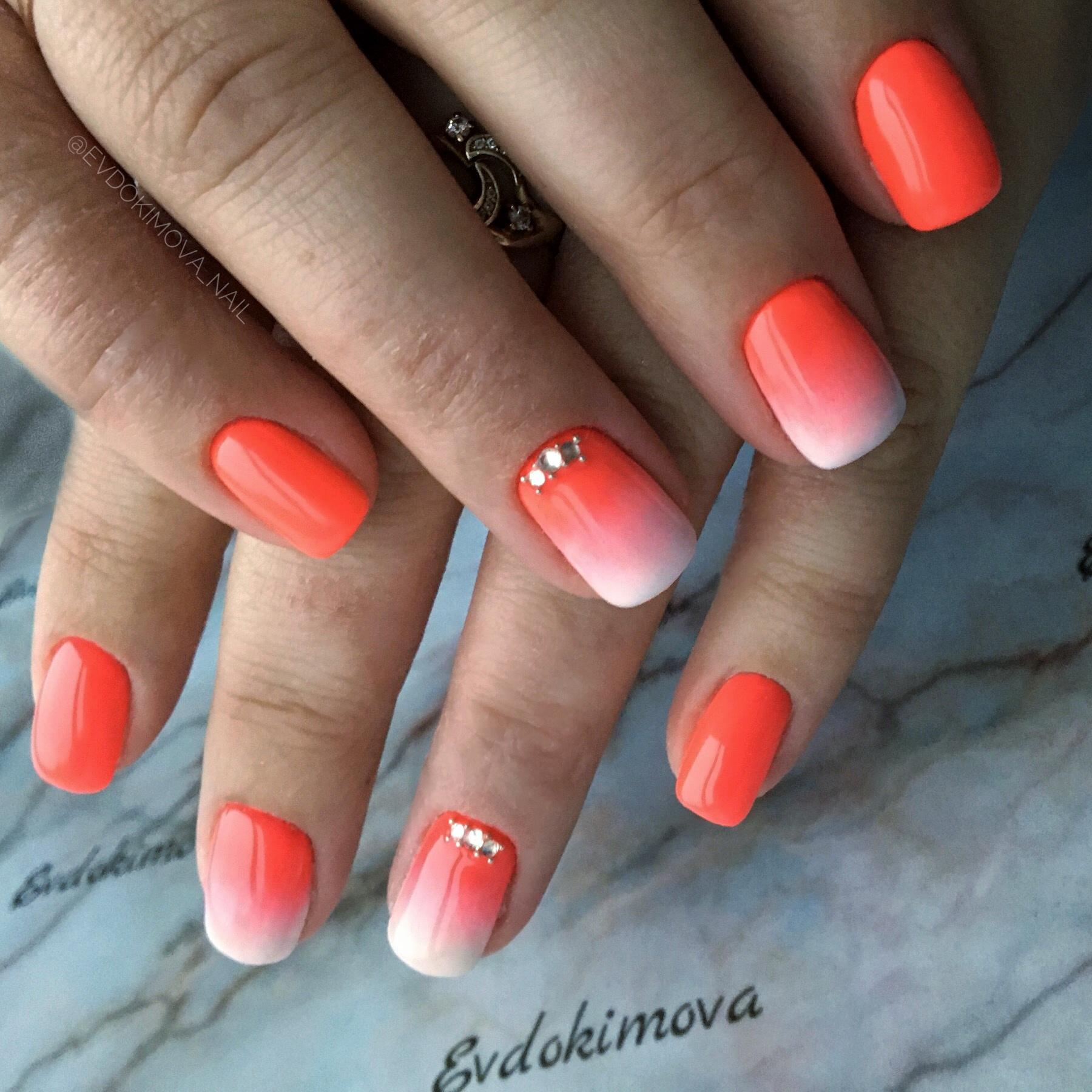 Маникюр с градиентом и стразами в оранжевом цвете.