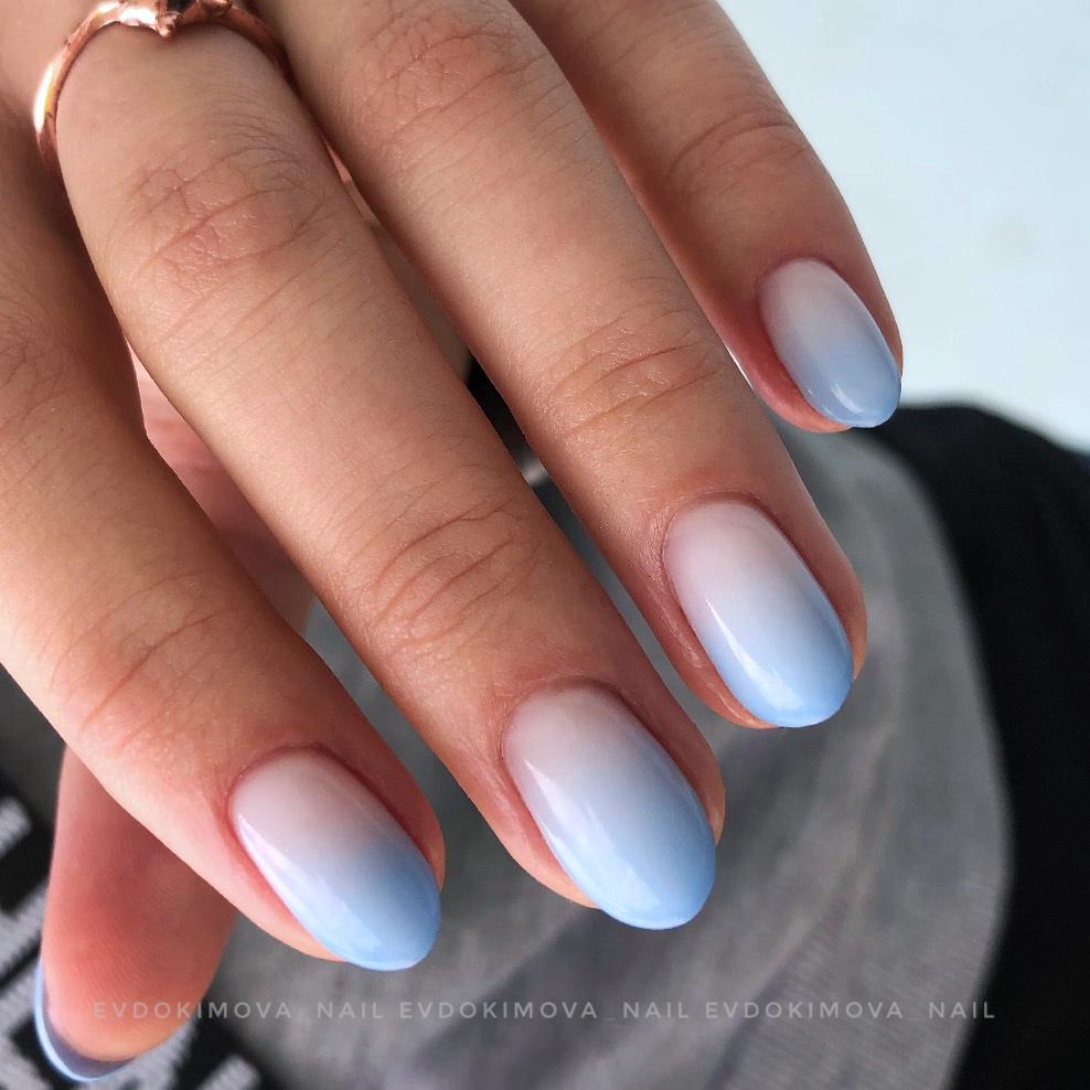 Маникюр с градиентом в голубом цвете на короткие ногти.