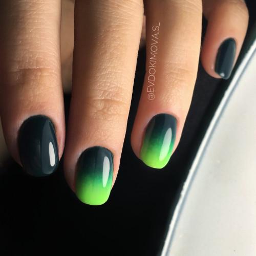 Градиентный дизайн маникюра в черно-зеленых тонах.