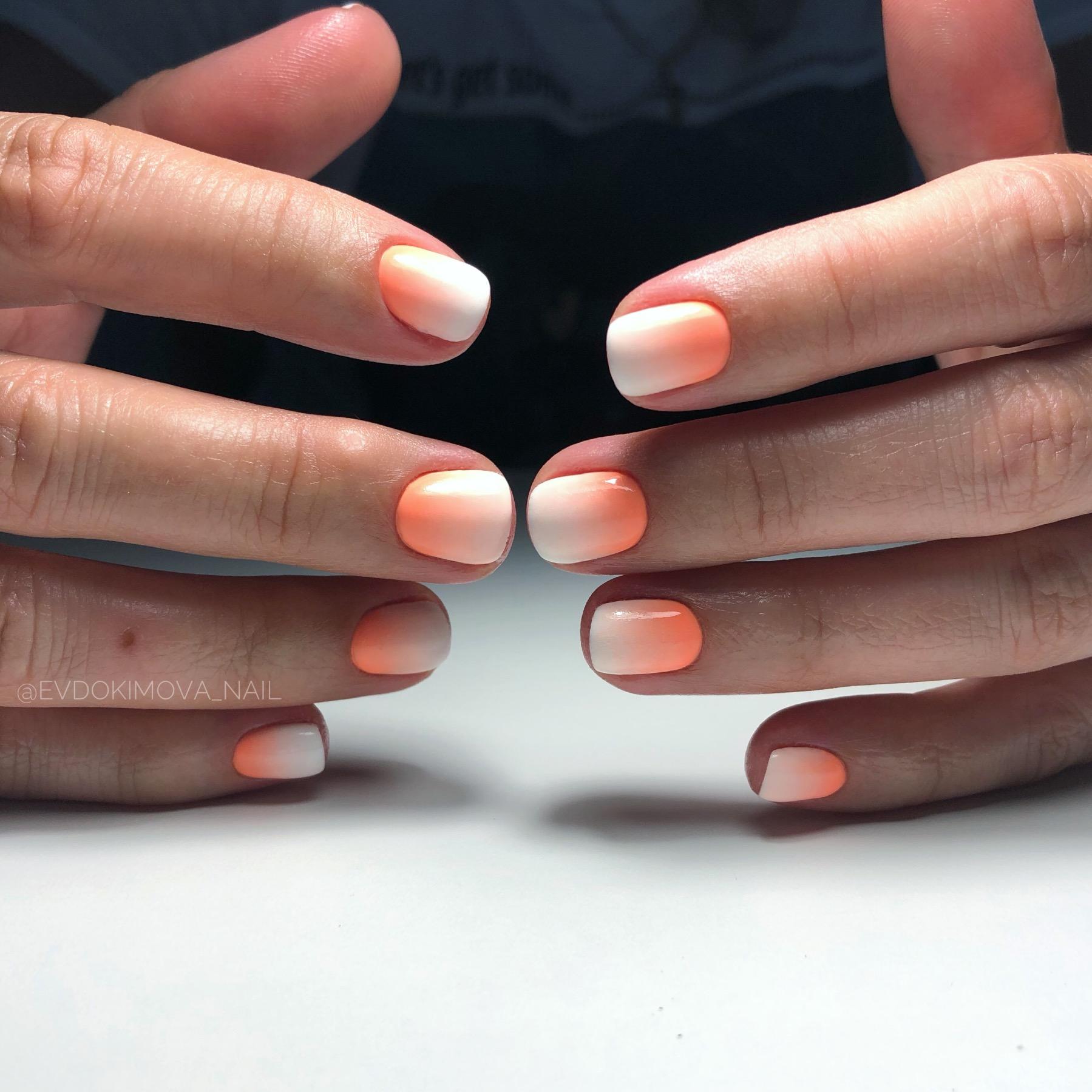 Маникюр с градиентом в персиковом цвете на короткие ногти.