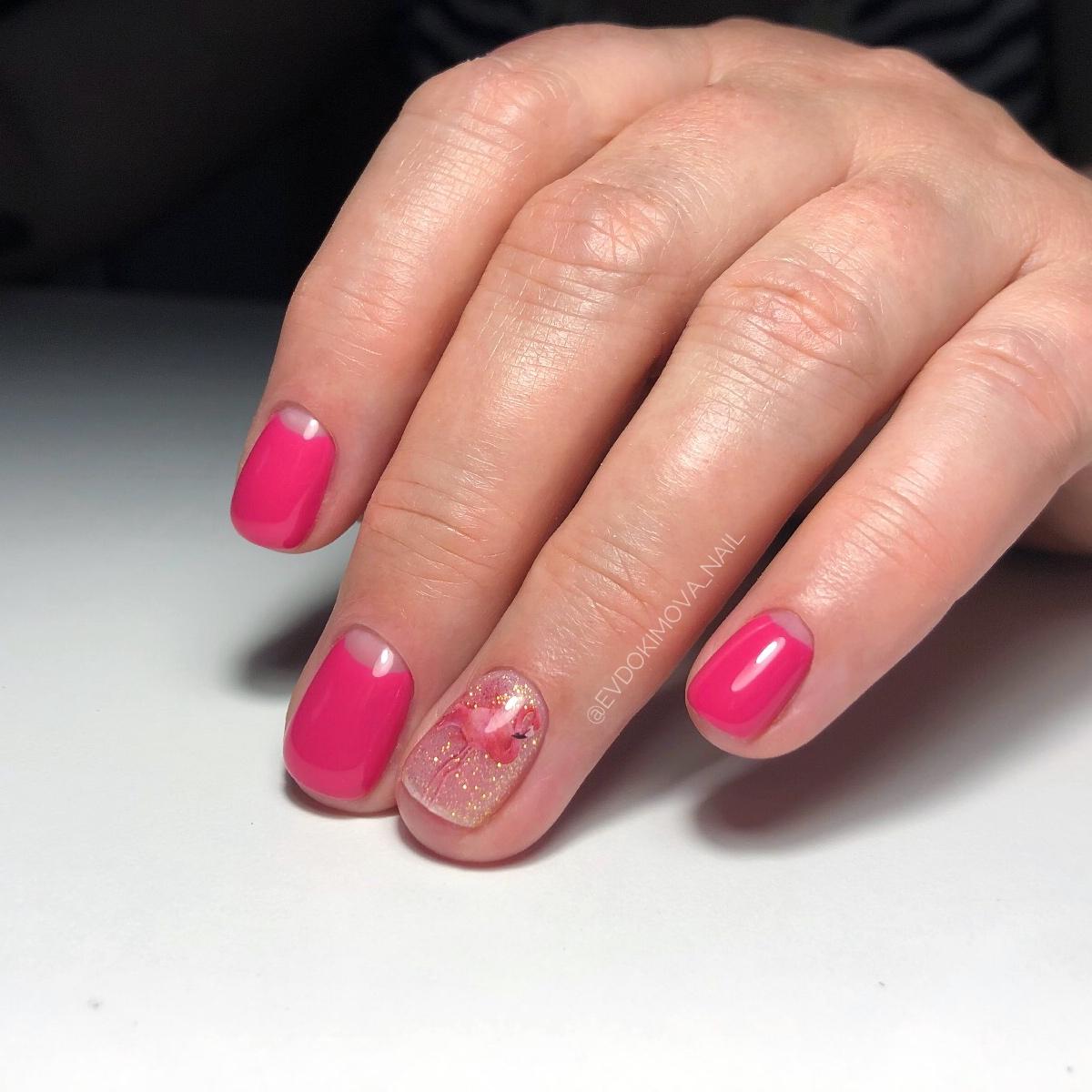 Лунный маникюр с фламинго в розовом цвете на короткие ногти.