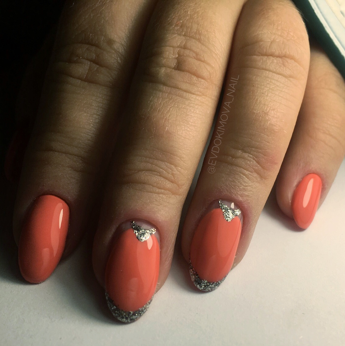 Маникюр с лунным дизайном и серебряными блестками в рыжем цвете.