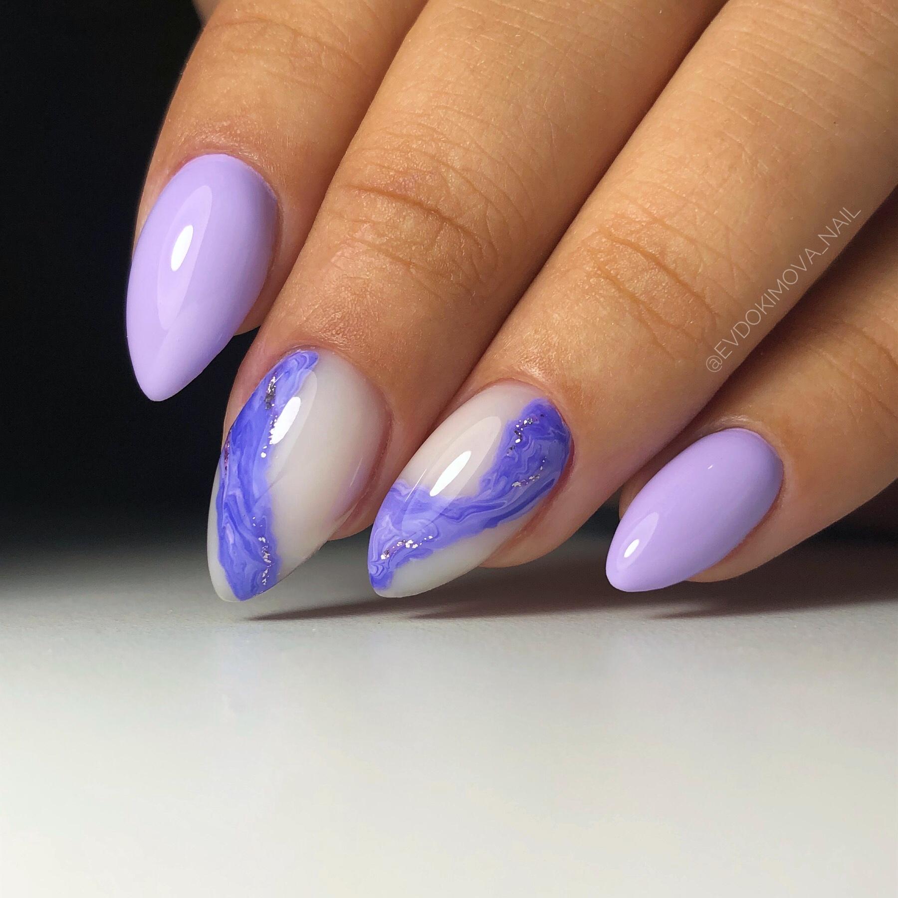 Маникюр с морским дизайном в сиреневом цвете на короткие ногти.