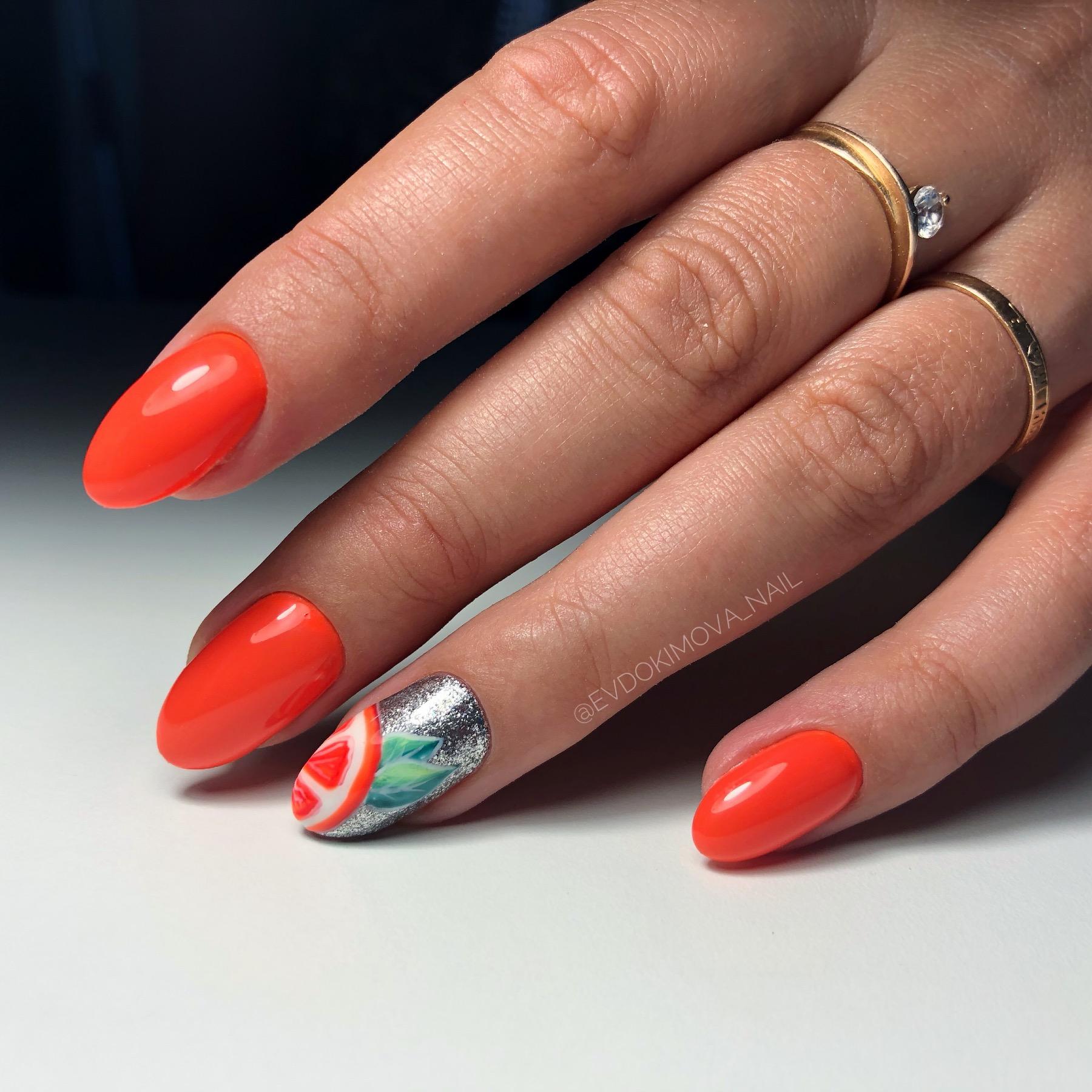 Маникюр с апельсином и серебряными блестками в рыжем цвете на короткие ногти.