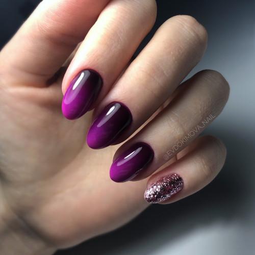 Темно-фиолетовый маникюр с градиентом.