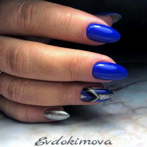 Шикарный трендовый маникюр в синем цвете.