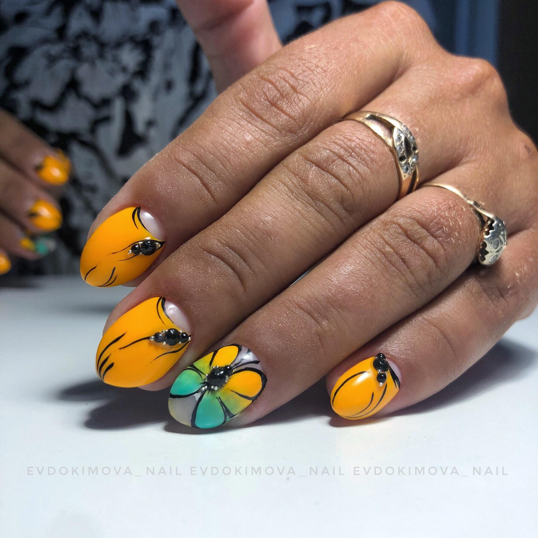 Маникюр с лунным дизайном и бабочкой в оранжевом цвете на короткие ногти.