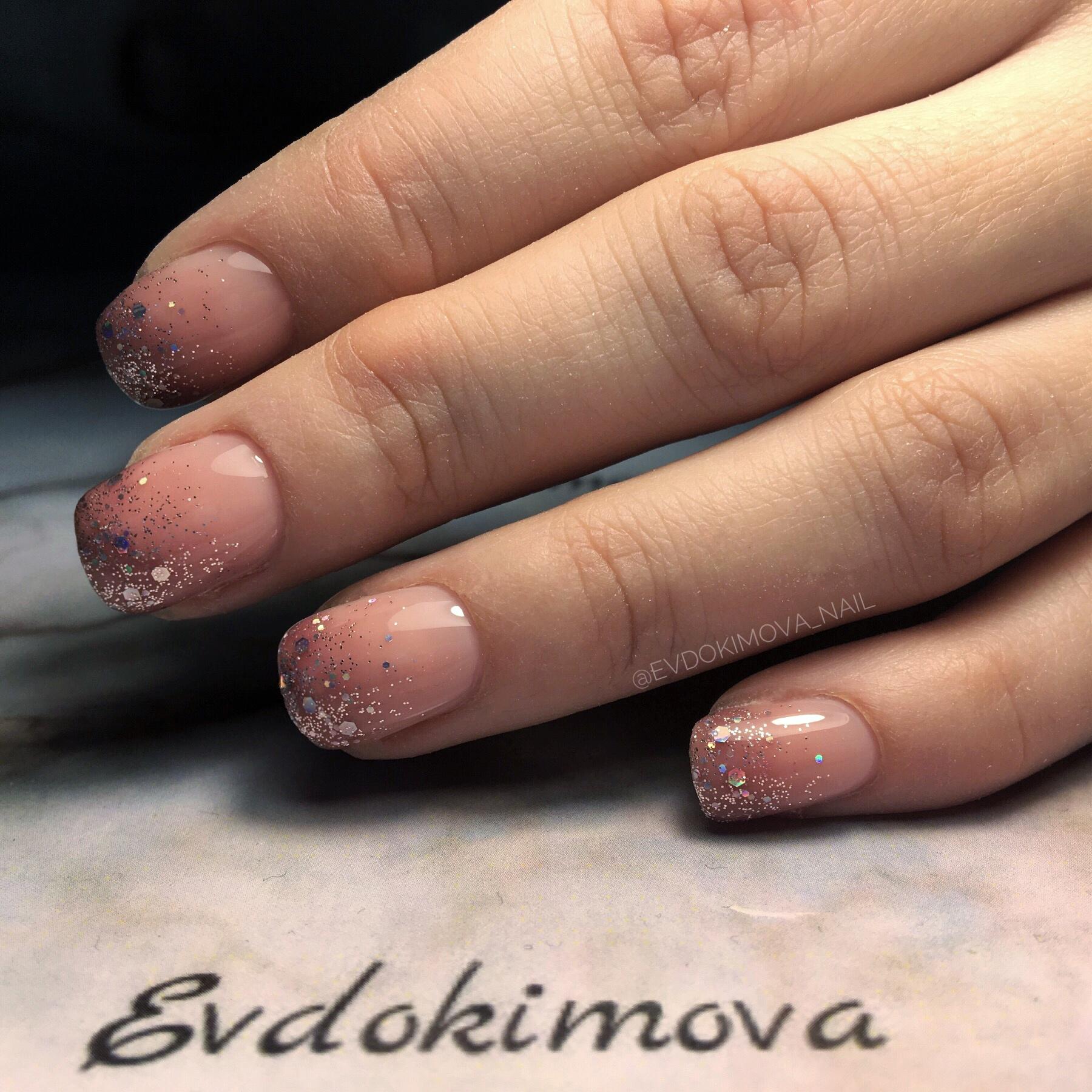 Нюдовый маникюр с серебряными блестками.