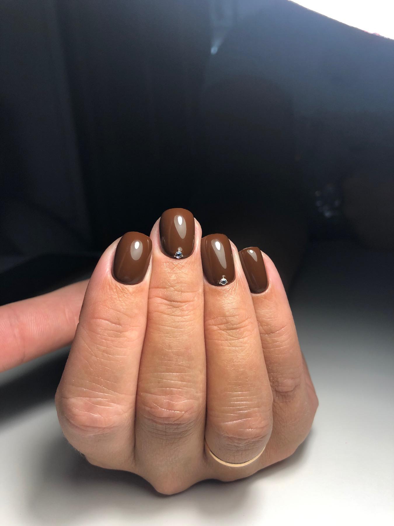 Маникюр со стразами в коричневом цвете на короткие ногти.