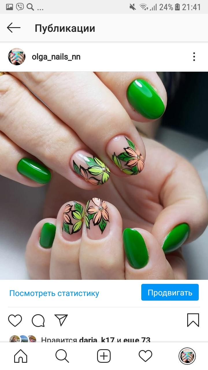 Маникюр с цветочным рисунком в зеленом цвете на короткие ногти.