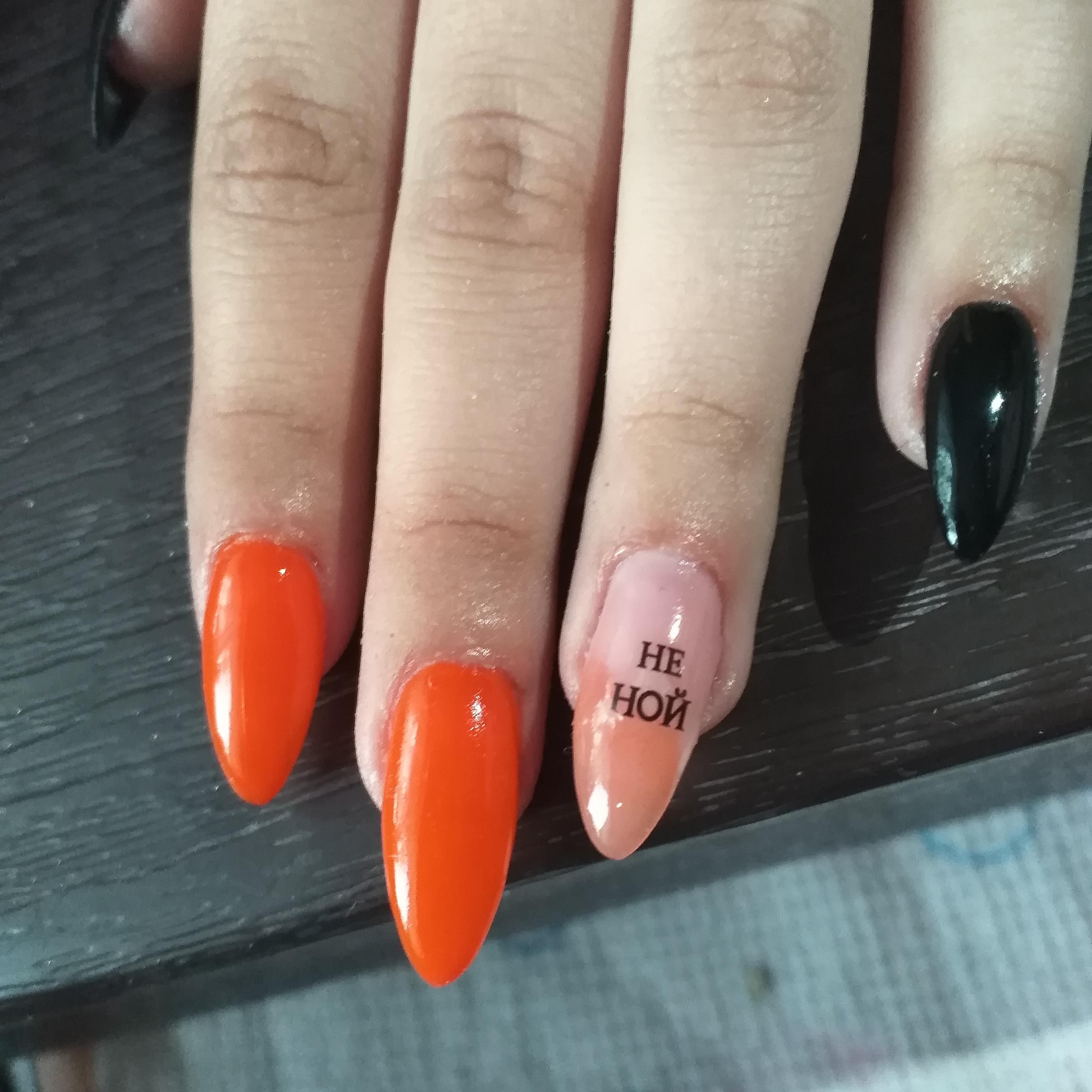 Разноцветный маникюр с надписями на длинные ногти.