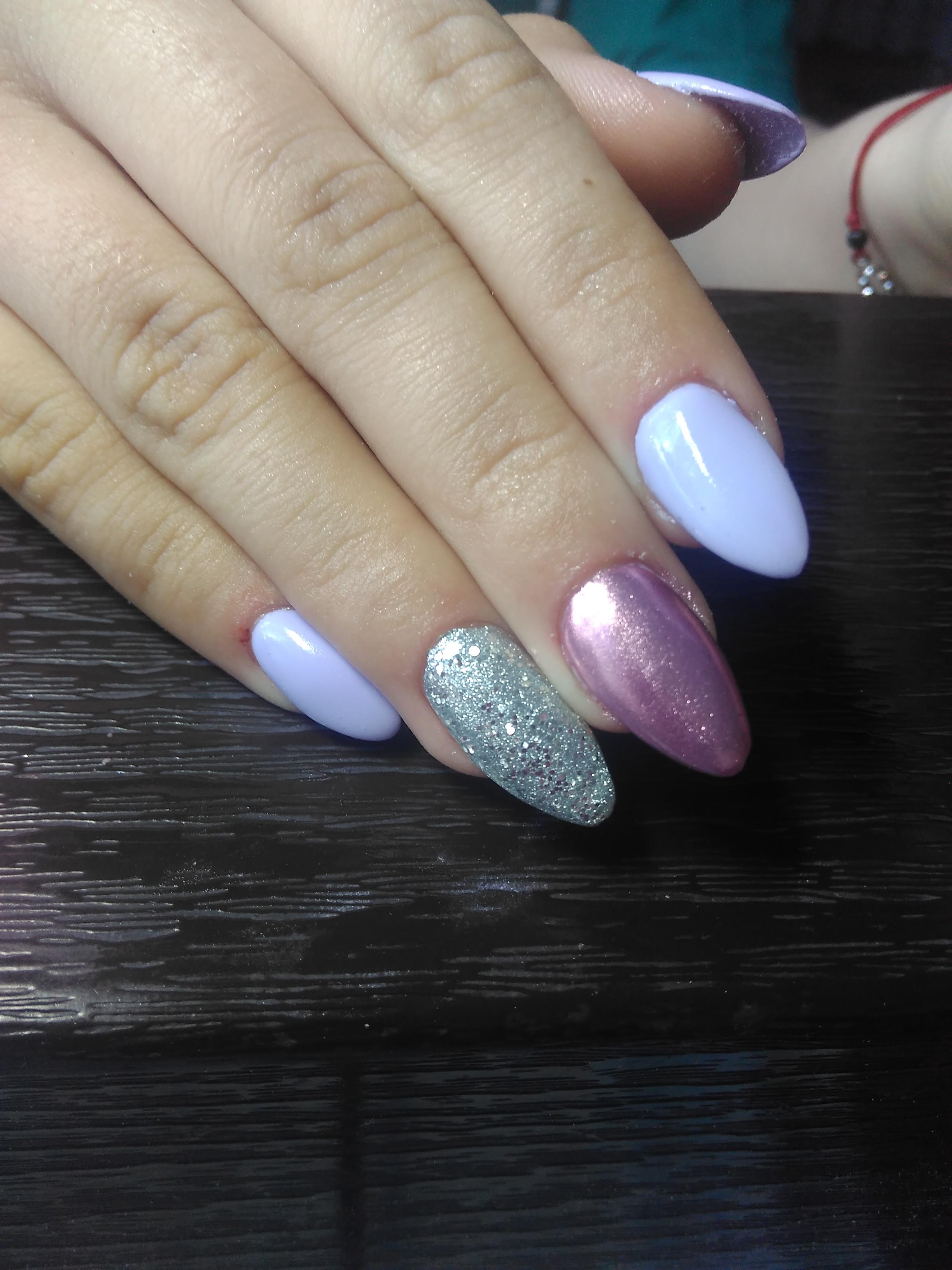 Маникюр с втиркой и блестками в фиолетовом цвете.