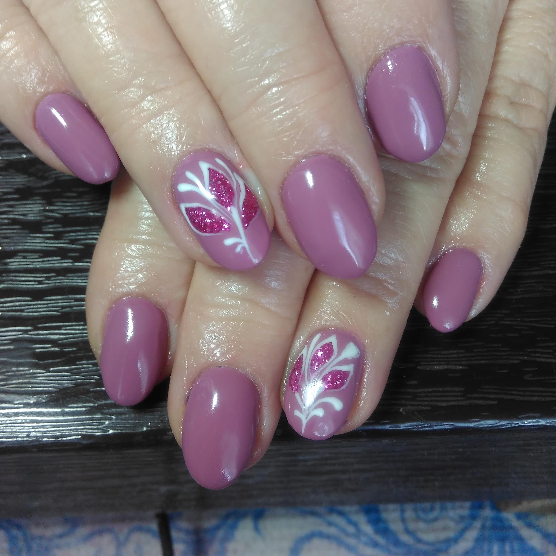Маникюр с растительным рисунком в лиловом цвете.