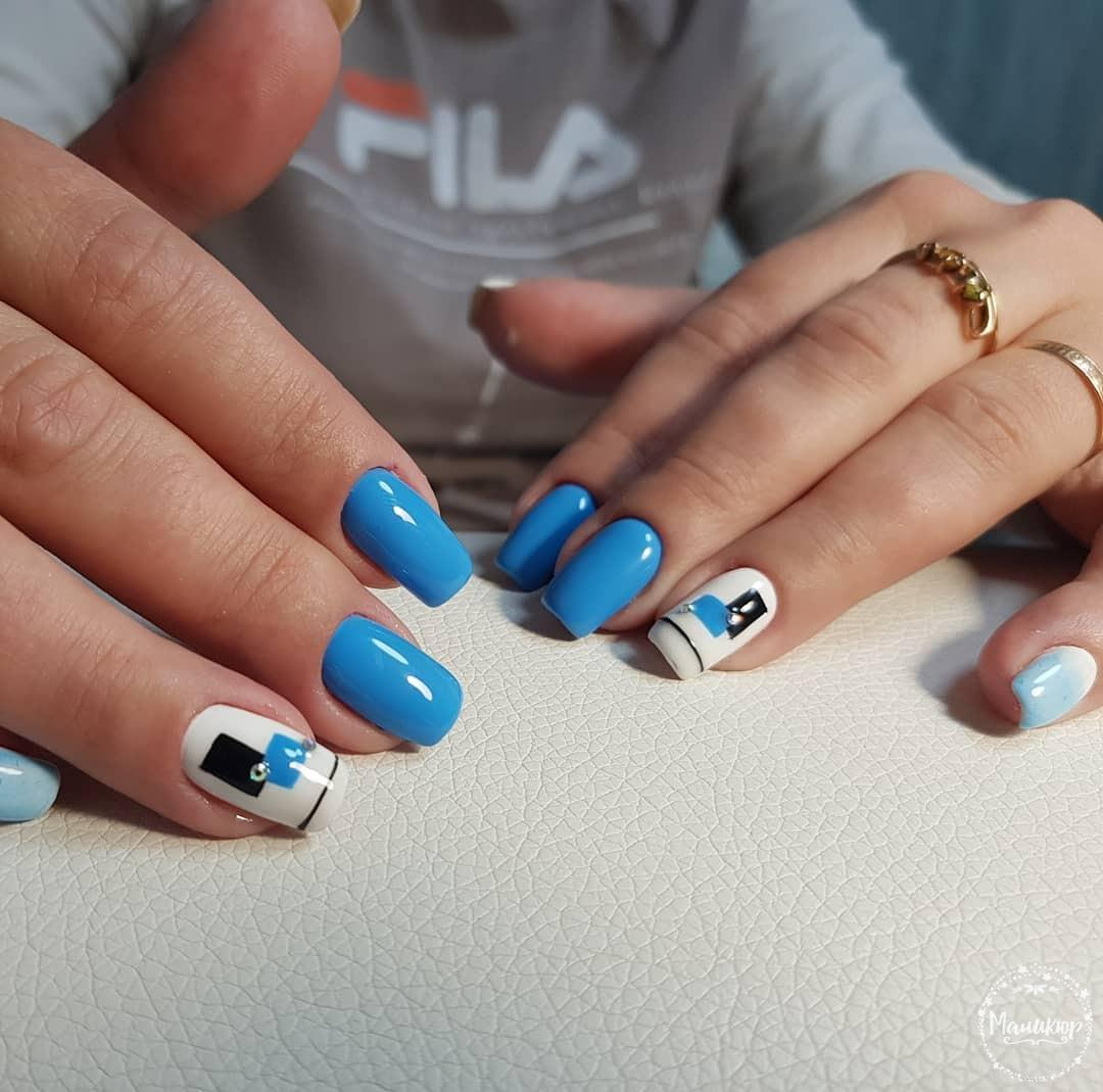 Геометрический маникюр в голубом цвете на короткие ногти.