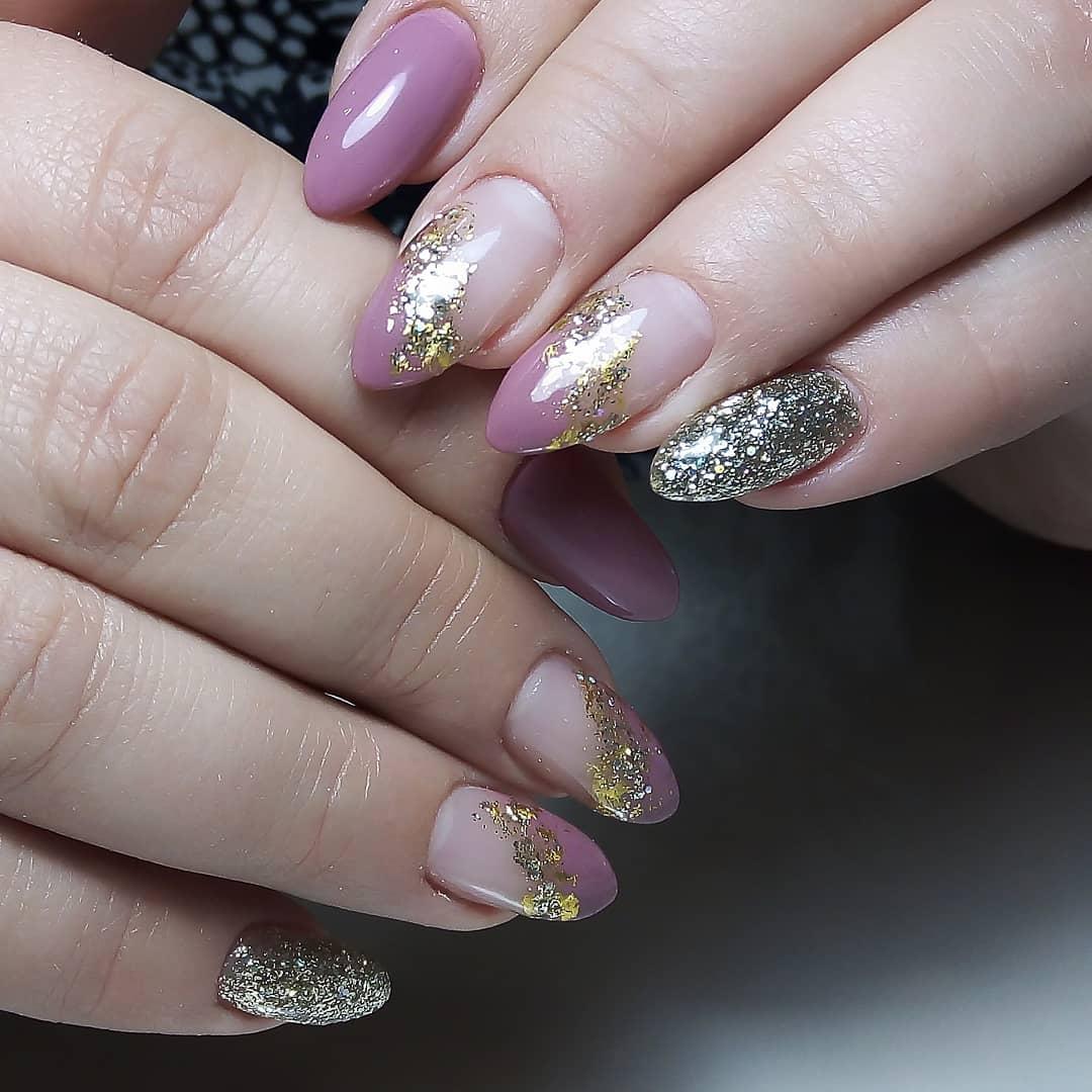 Маникюр с серебряными блестками и золотой фольгой в сиреневом цвете.