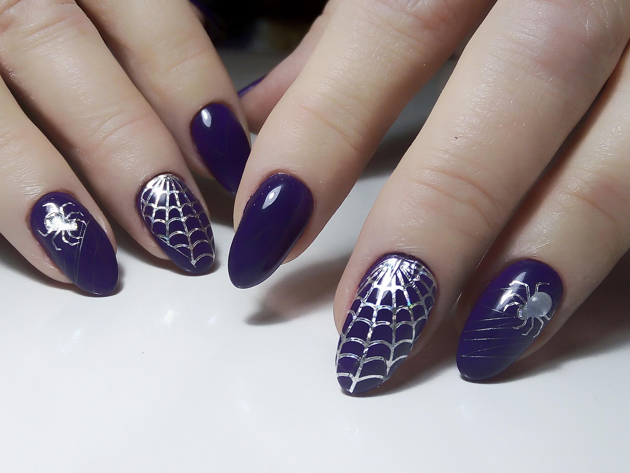 Маникюр с паутиной и пауком в фиолетовом цвете.