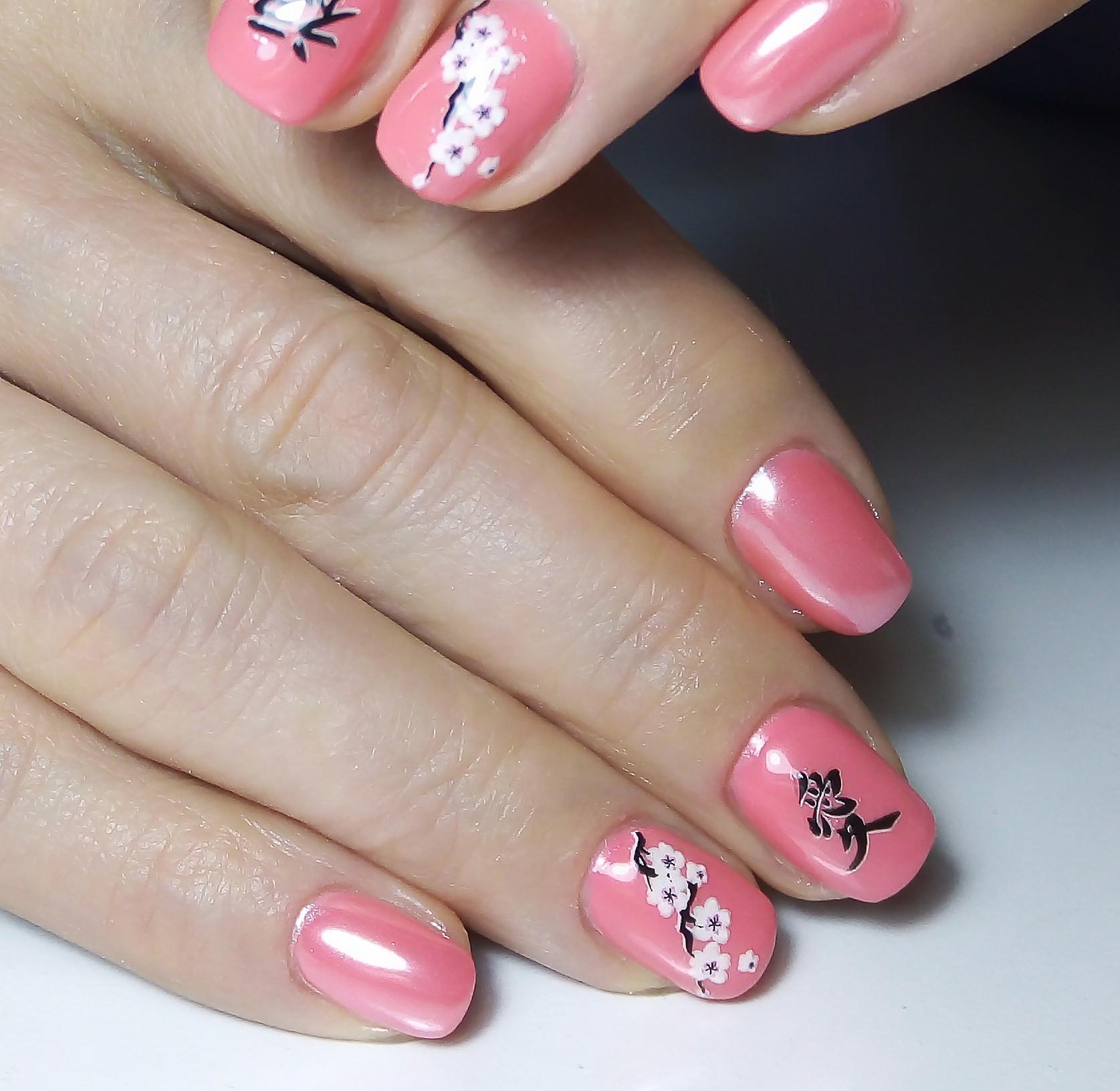 Маникюр с цветочным рисунком и втиркой в розовом цвете.