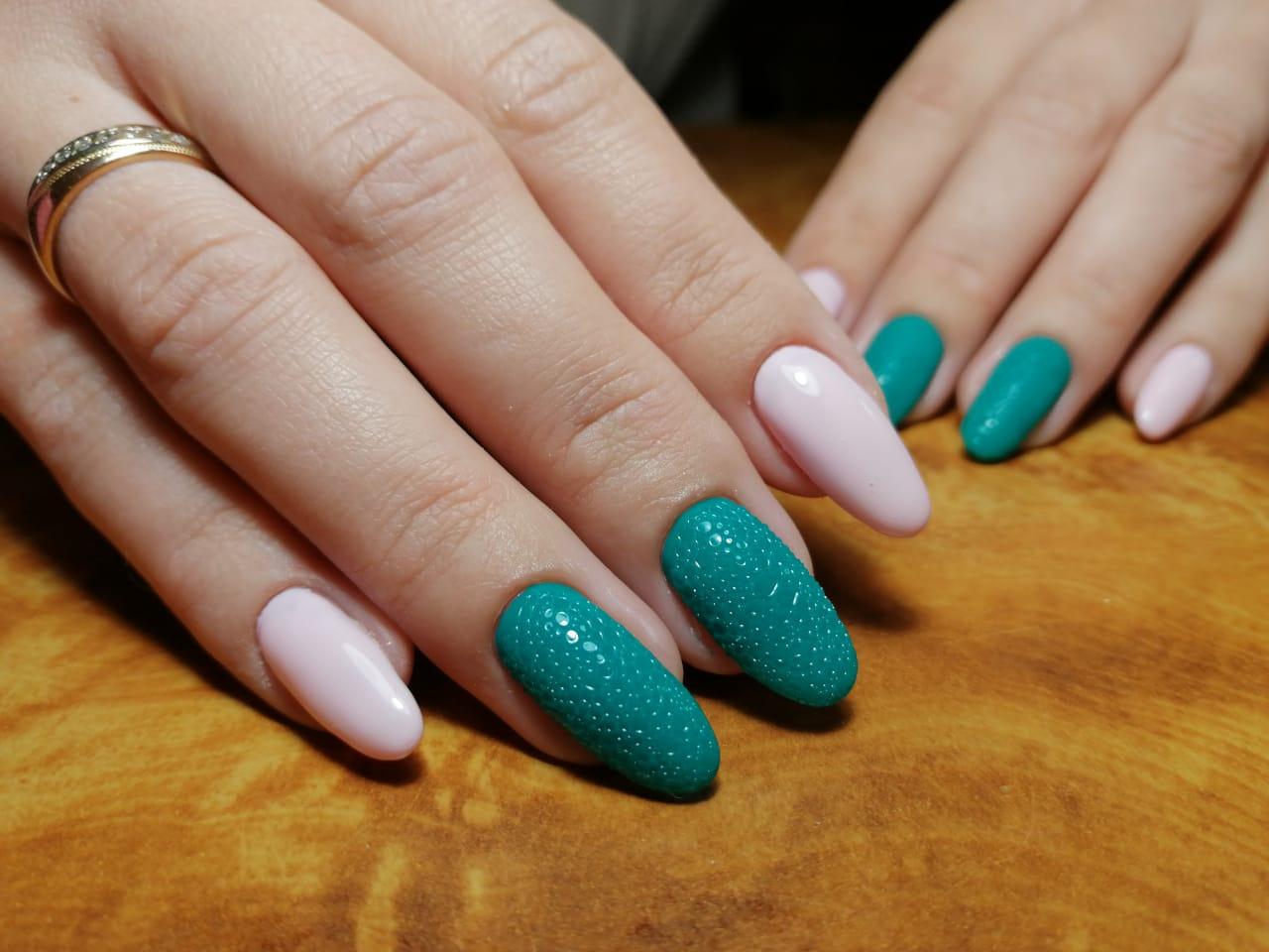 Разноцветный маникюр с bubble-эффектом на длинные ногти.