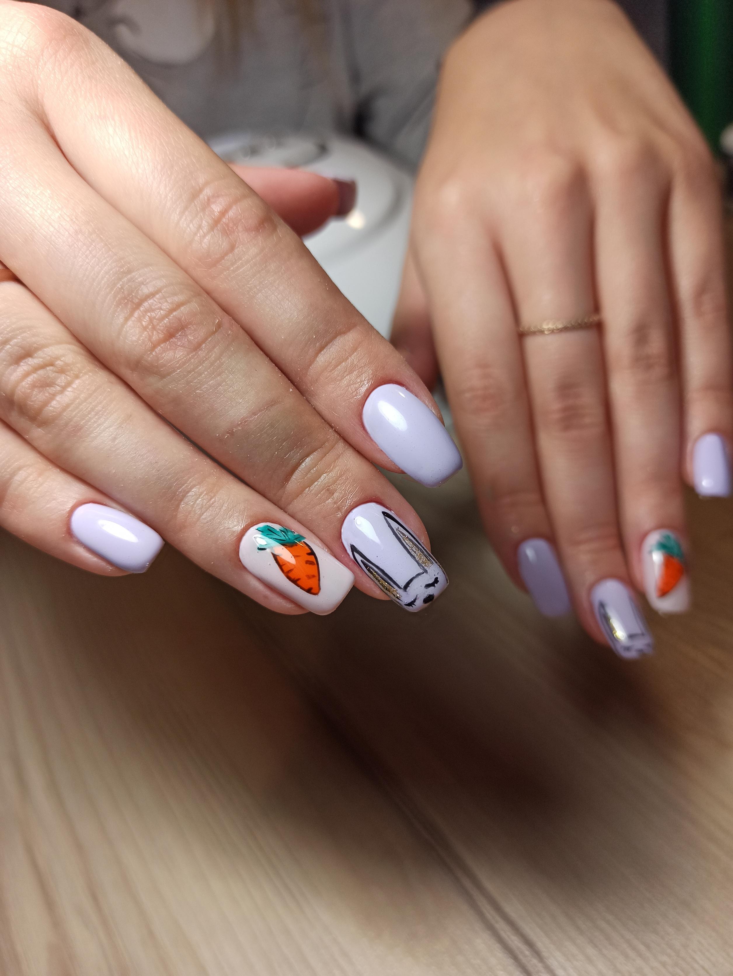 Маникюр с зайчиком в сиреневом цвете на длинные ногти.