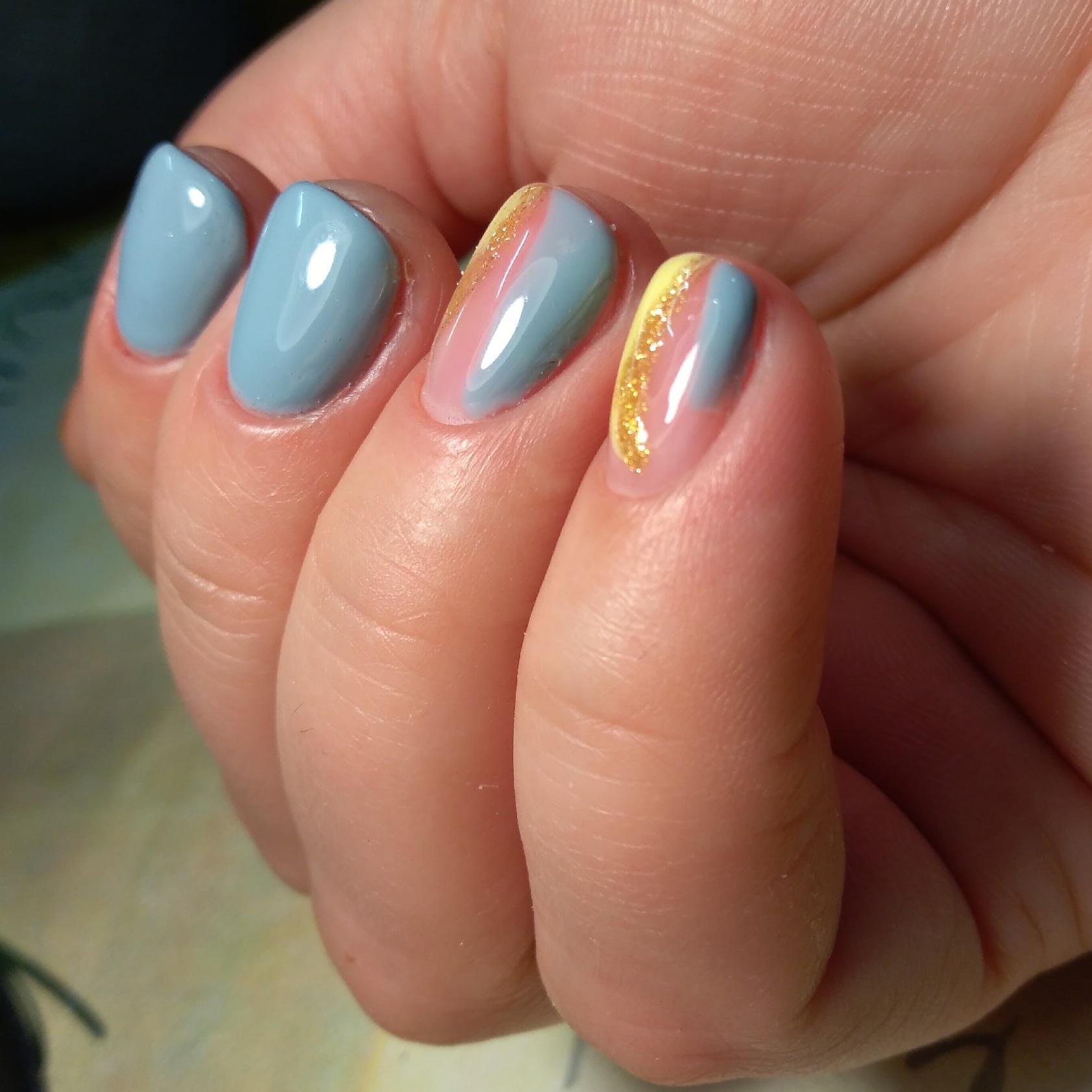 Маникюр с золотыми блестками в пастельных тонах на короткие ногти.
