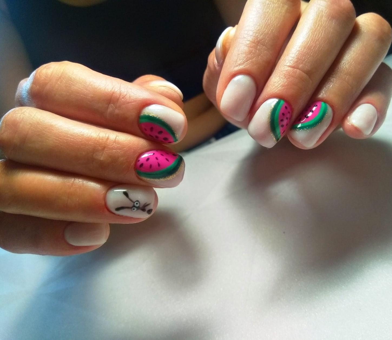Маникюр с арбузом в молочном цвете на короткие ногти.