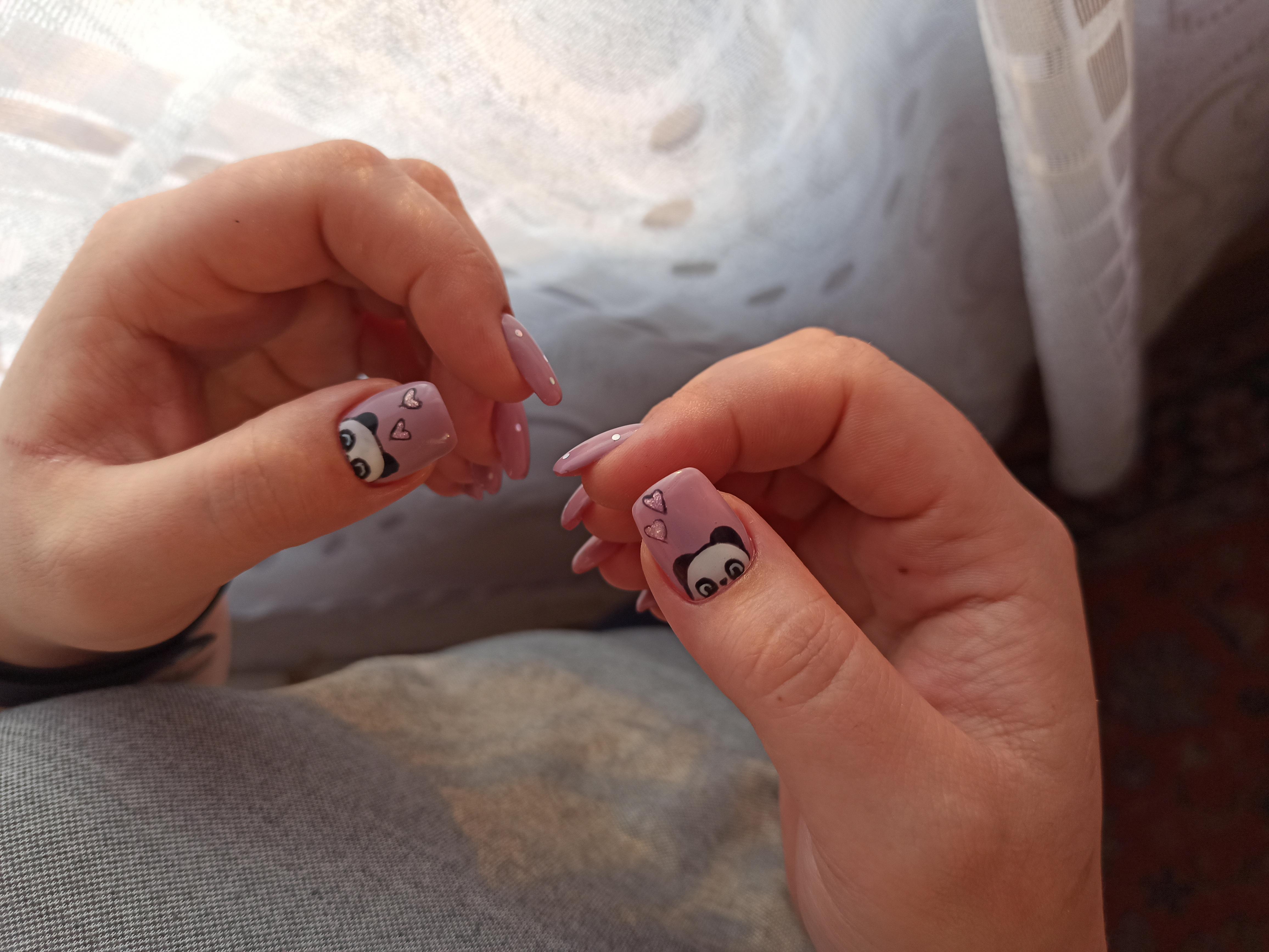 Маникюр с пандами в сиреневом цвете на короткие ногти.