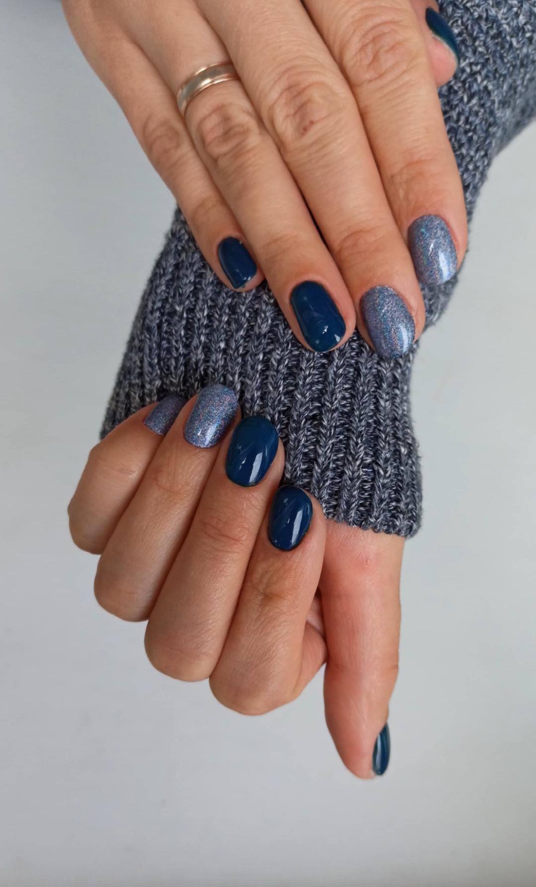 Маникюр с блестками в темно-синем цвете на короткие ногти.