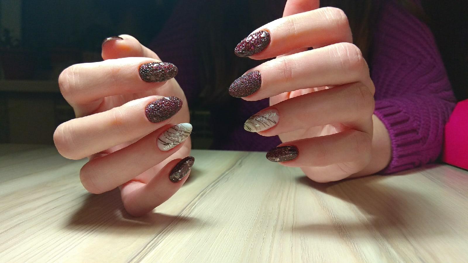 Маникюр с песочным дизайном, блестками и паутинкой на длинные ногти.