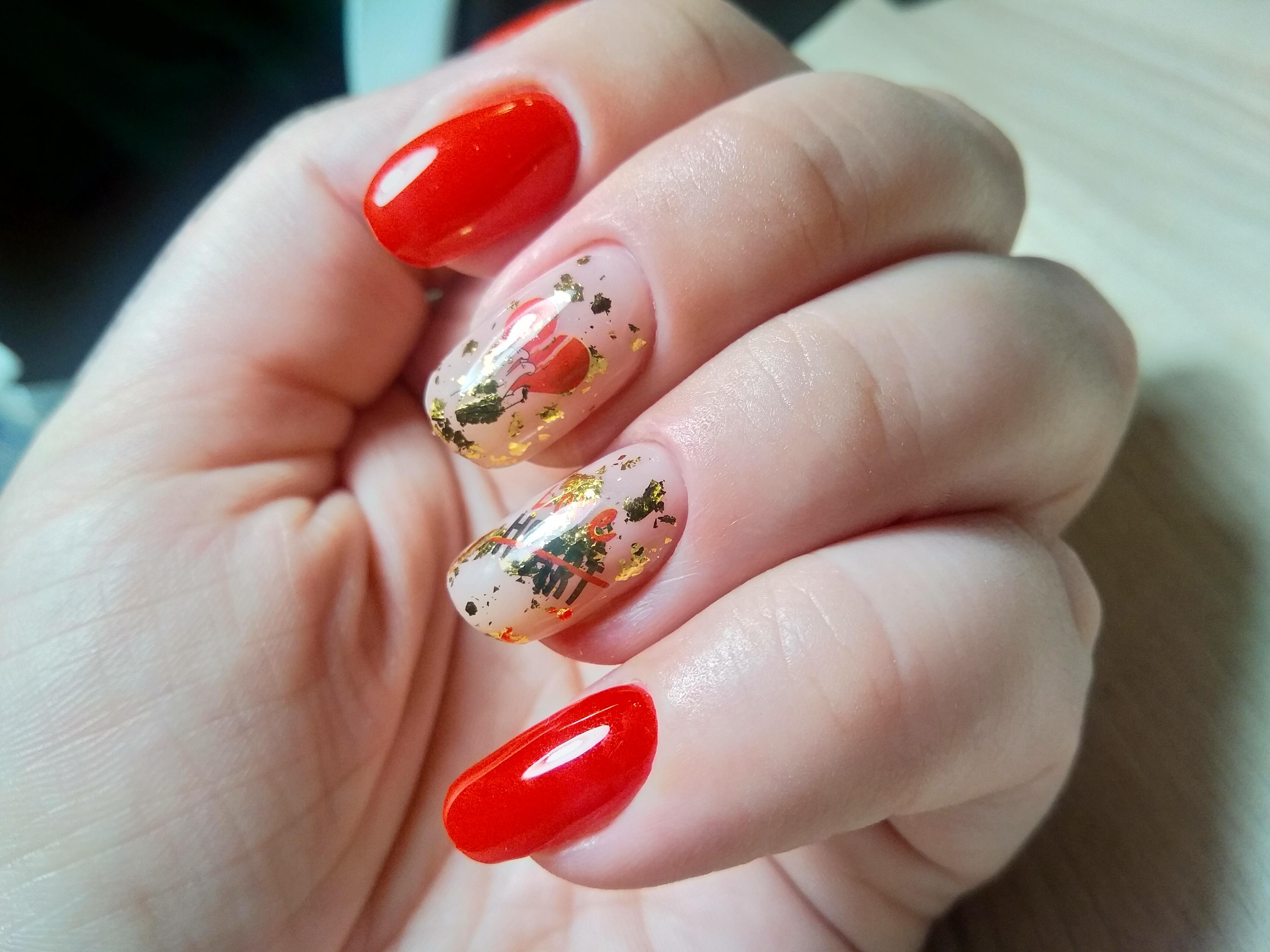 Маникюр с золотой фольгой в красном цвете на короткие ногти.