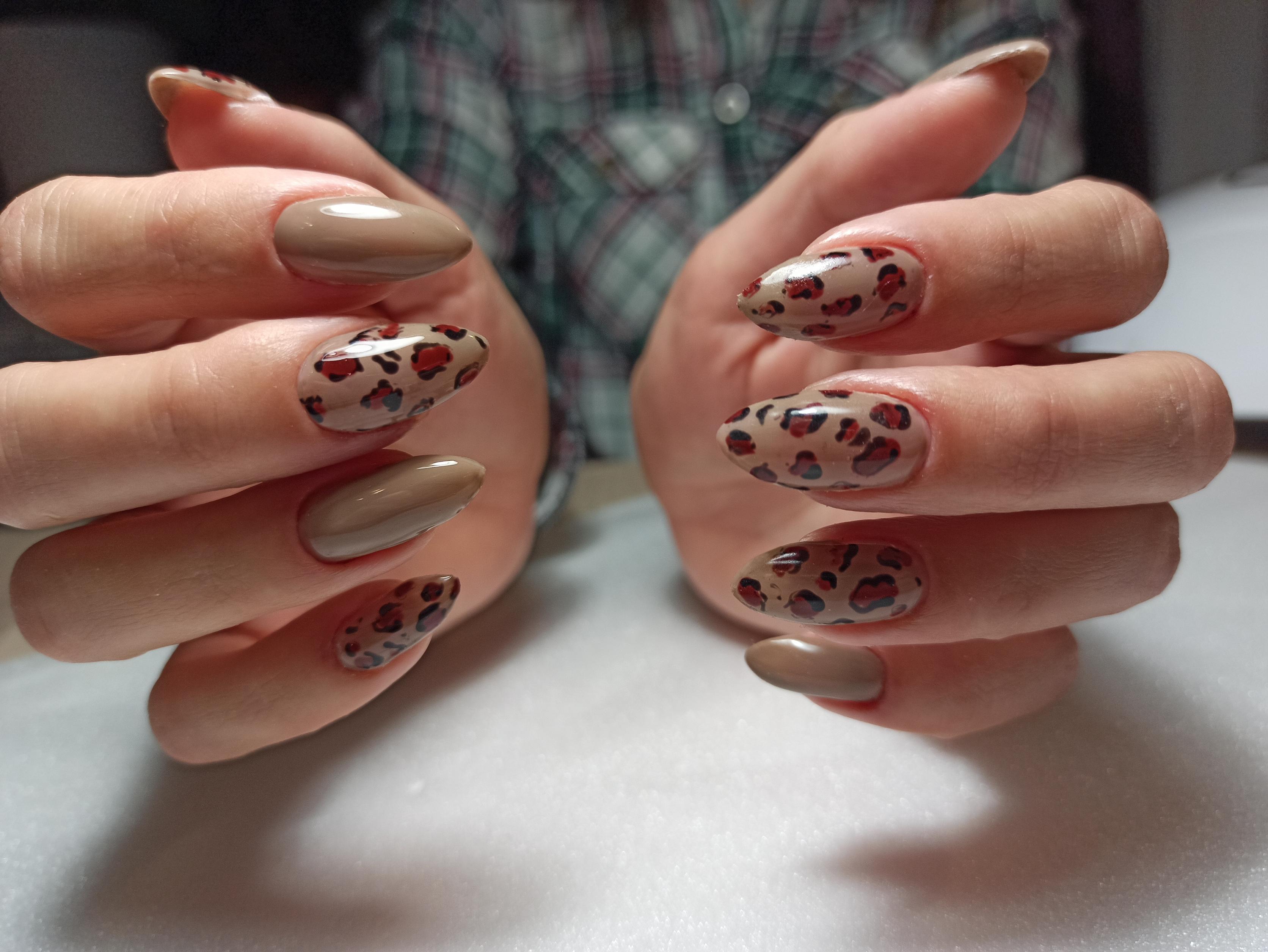 Маникюр с леопардовым принтом а бежевом цвете на длинные ногти.