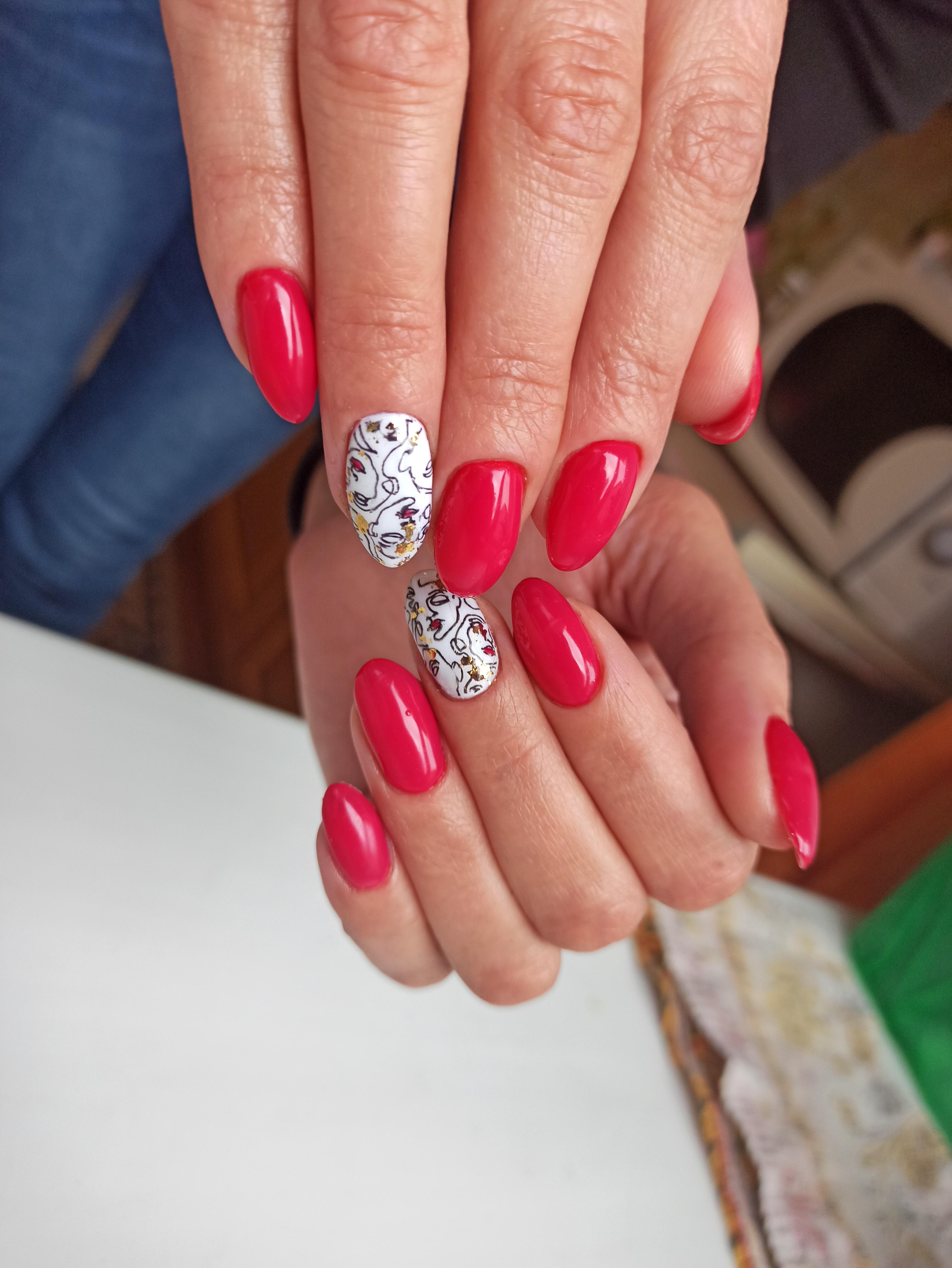 Марикюр с абстрактным слайдером в красном цвете на длинные ногти.