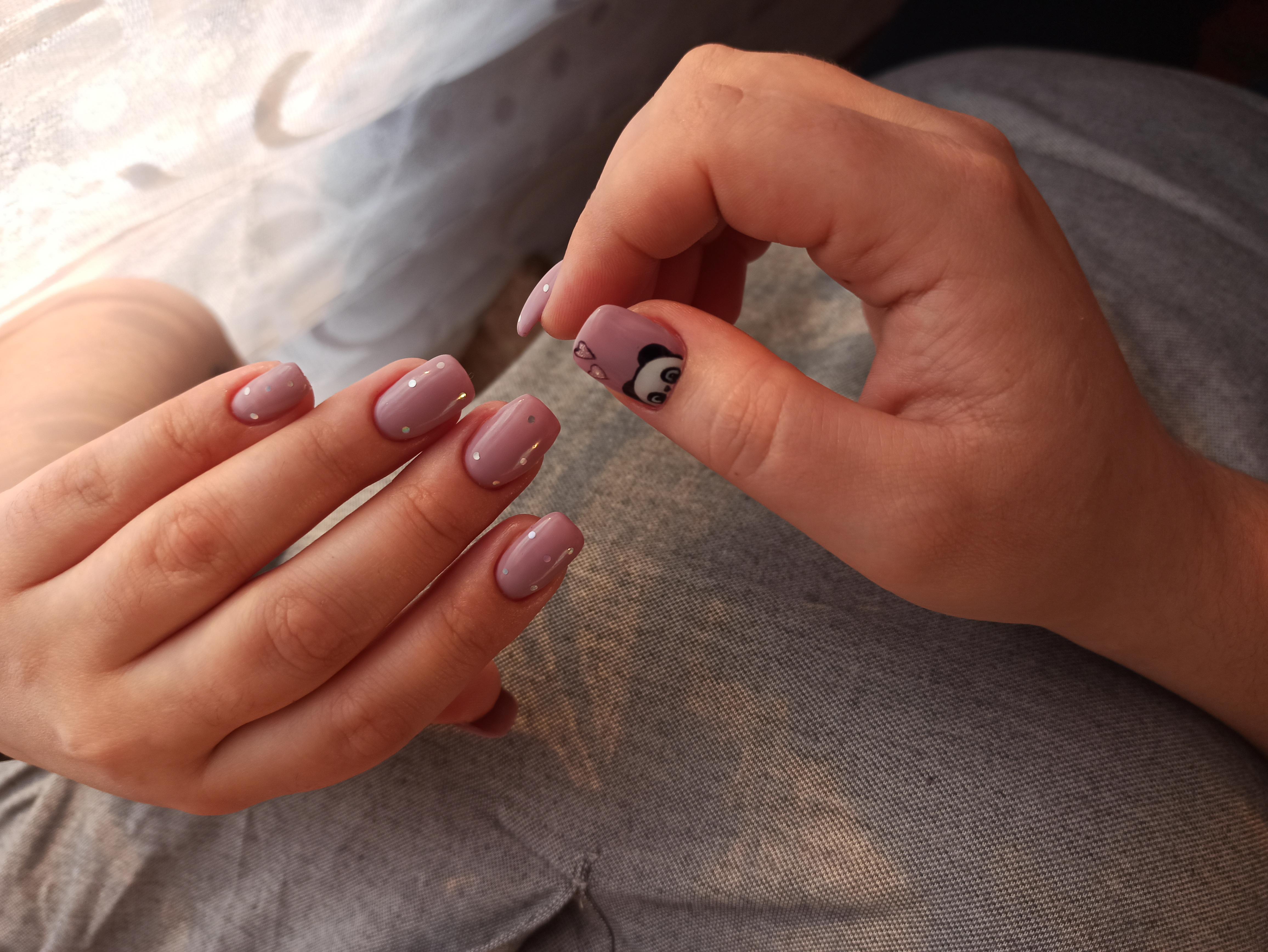Маникюр с пандой и камифубуки в сиреневом цвете на короткие ногти.
