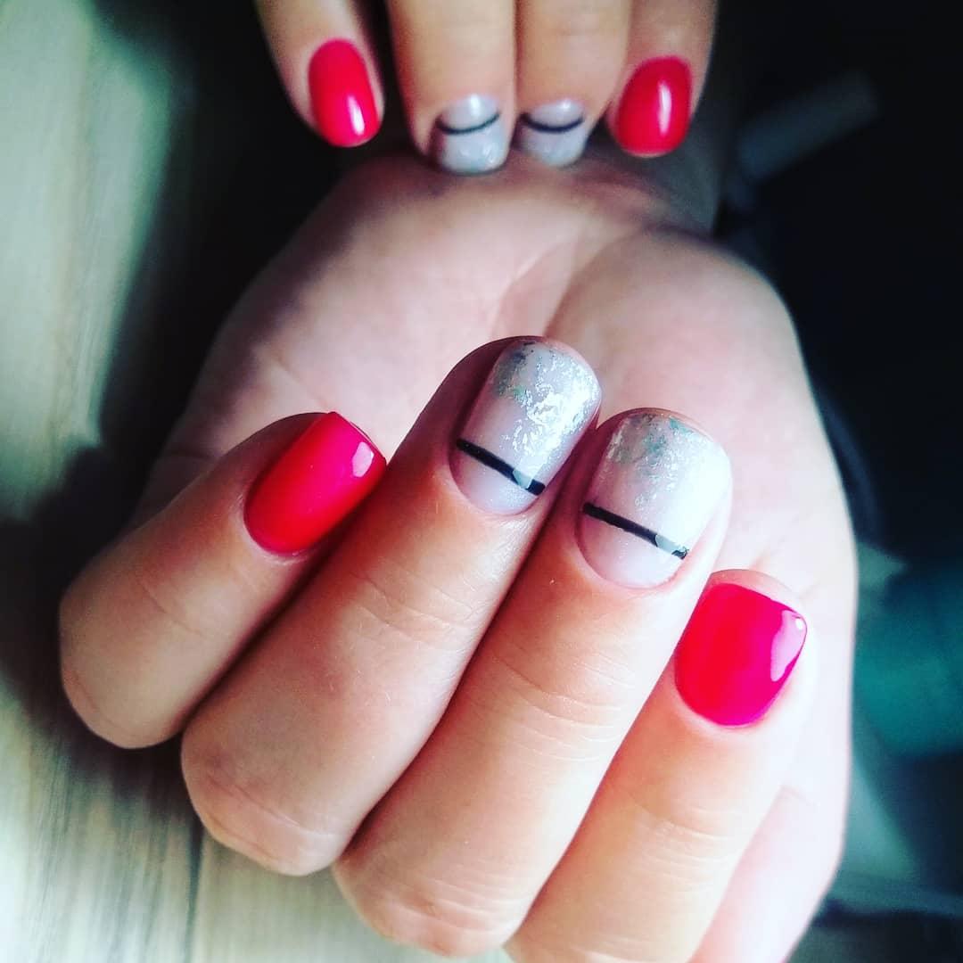 Маникюр с серебряной фольгой и полосками в цвете фуксия на короткие ногти.