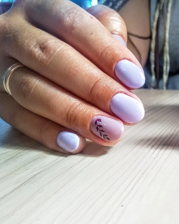 Маникюр с растительным слайдером в сиреневом цвете на короткие ногти.