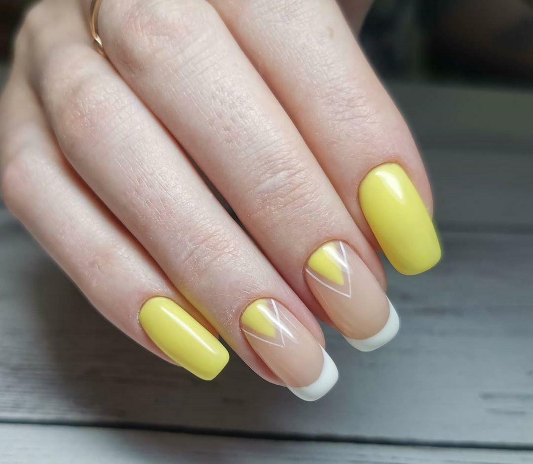 Геометрический маникюр с лунным дизайном в желтом цвете на короткие ногти.
