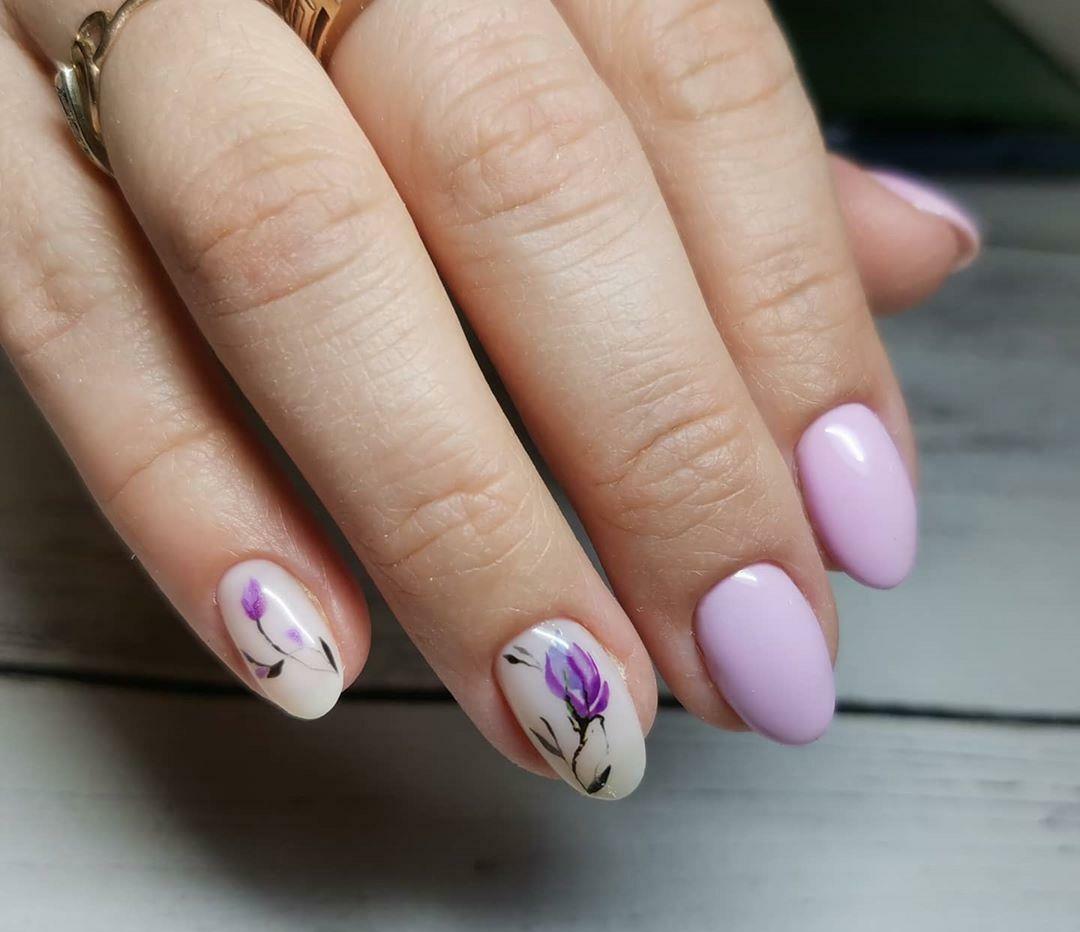 Маникюр с цветочным рисунком в сиреневом цвете на короткие ногти.