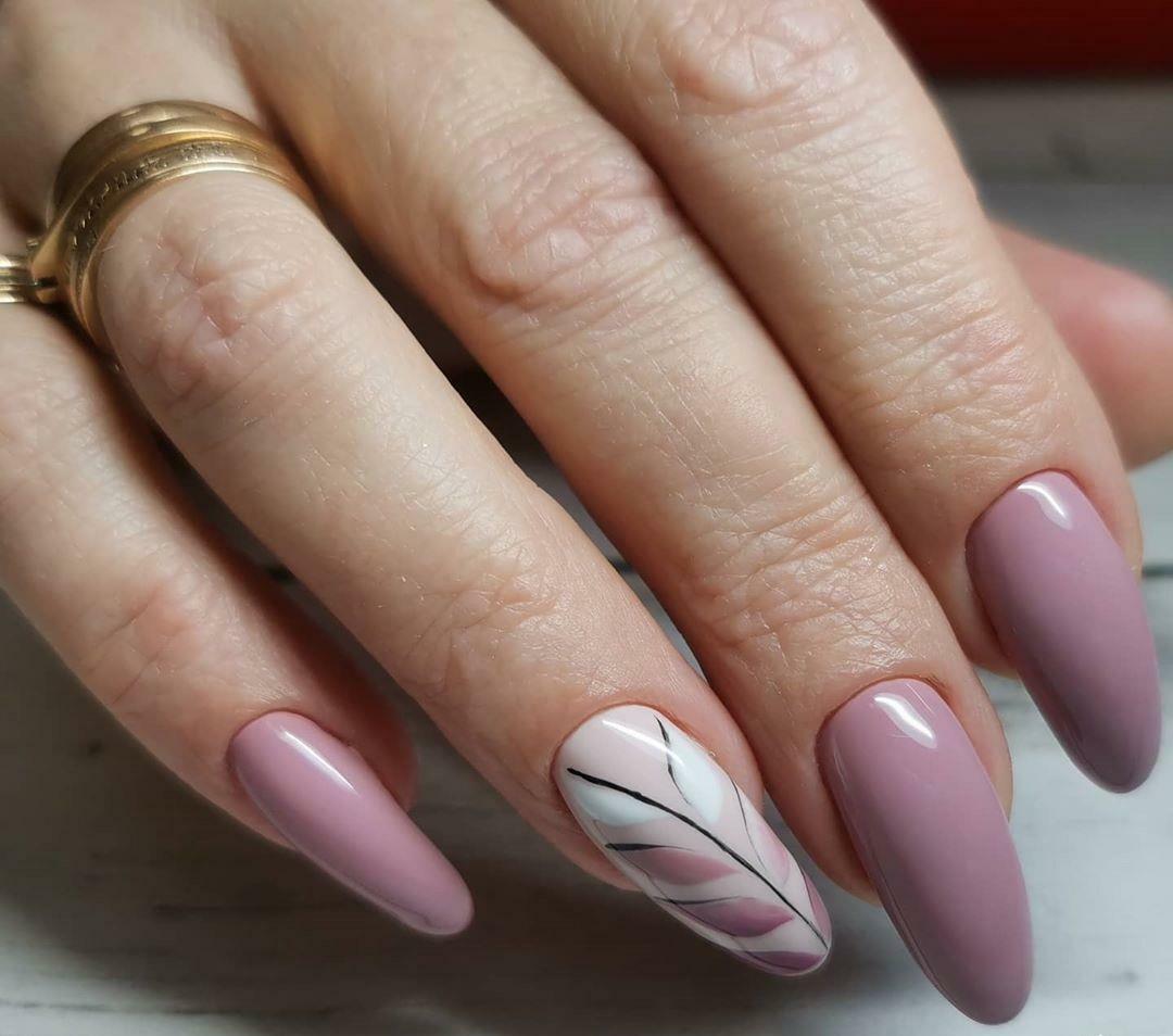 Маникюр с растительным рисунком в лиловом цвете на длинные ногти.