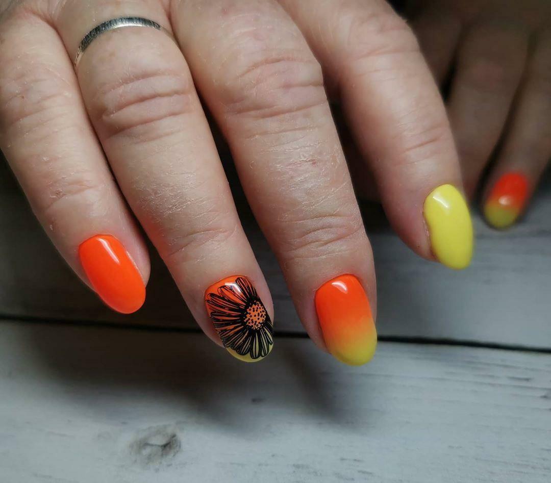 Маникюр с цветочными слайдерами и градиентом на короткие ногти.