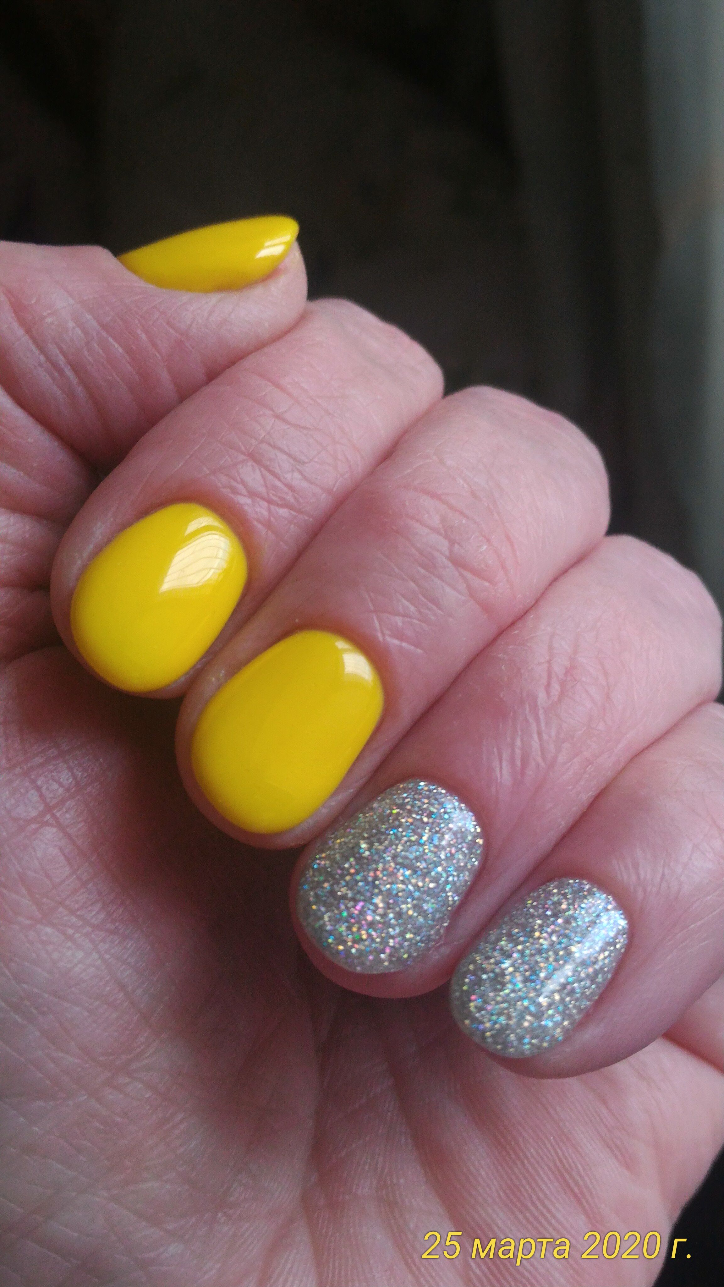 Маникюр с серебряными блестками в желтом цвете.