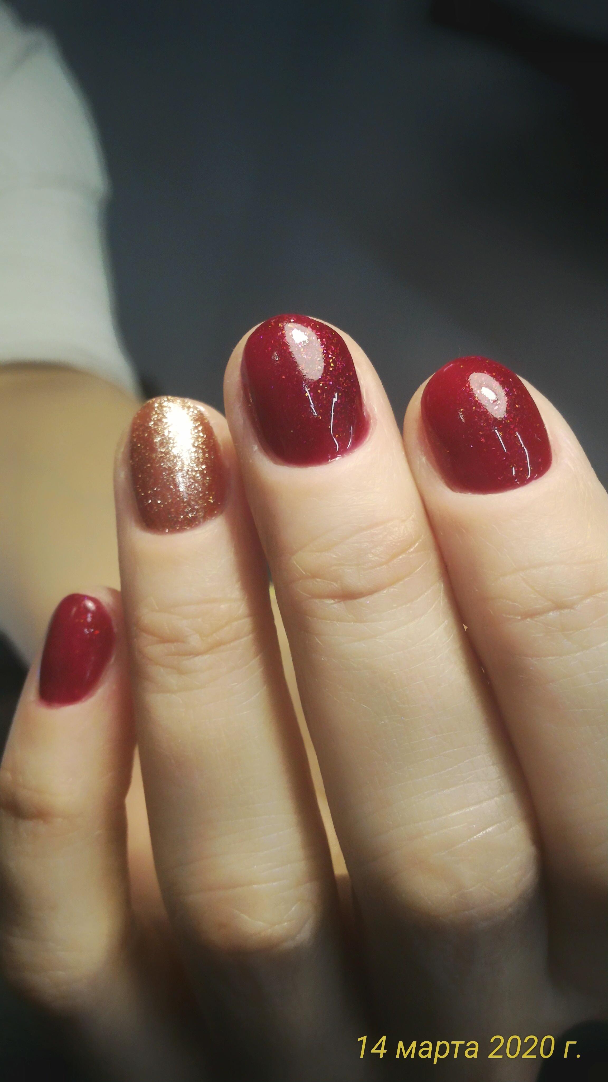 Маникюр с золотыми в темно-красном цвете.