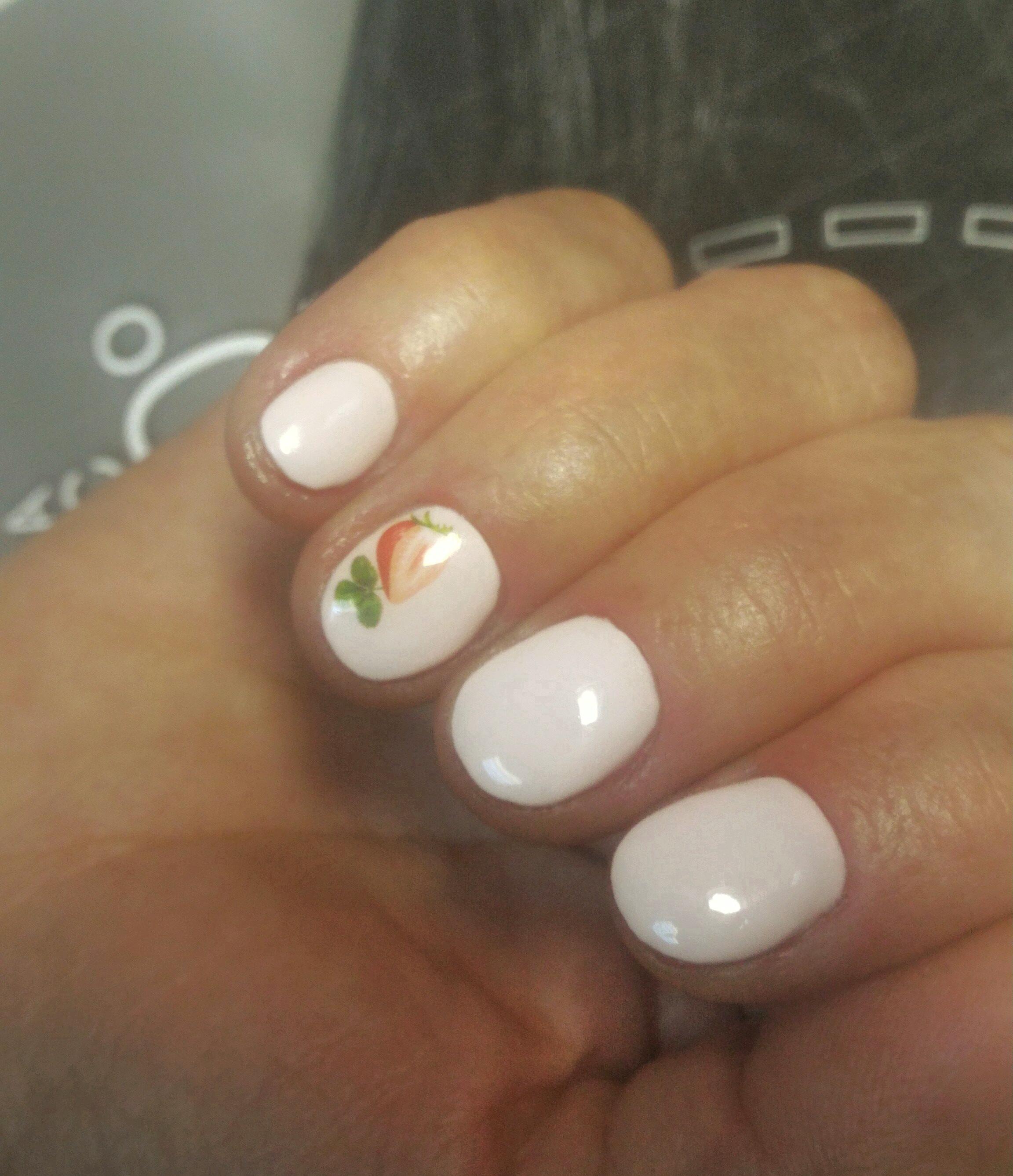 Маникюр с клубникой в бежевом цвете.