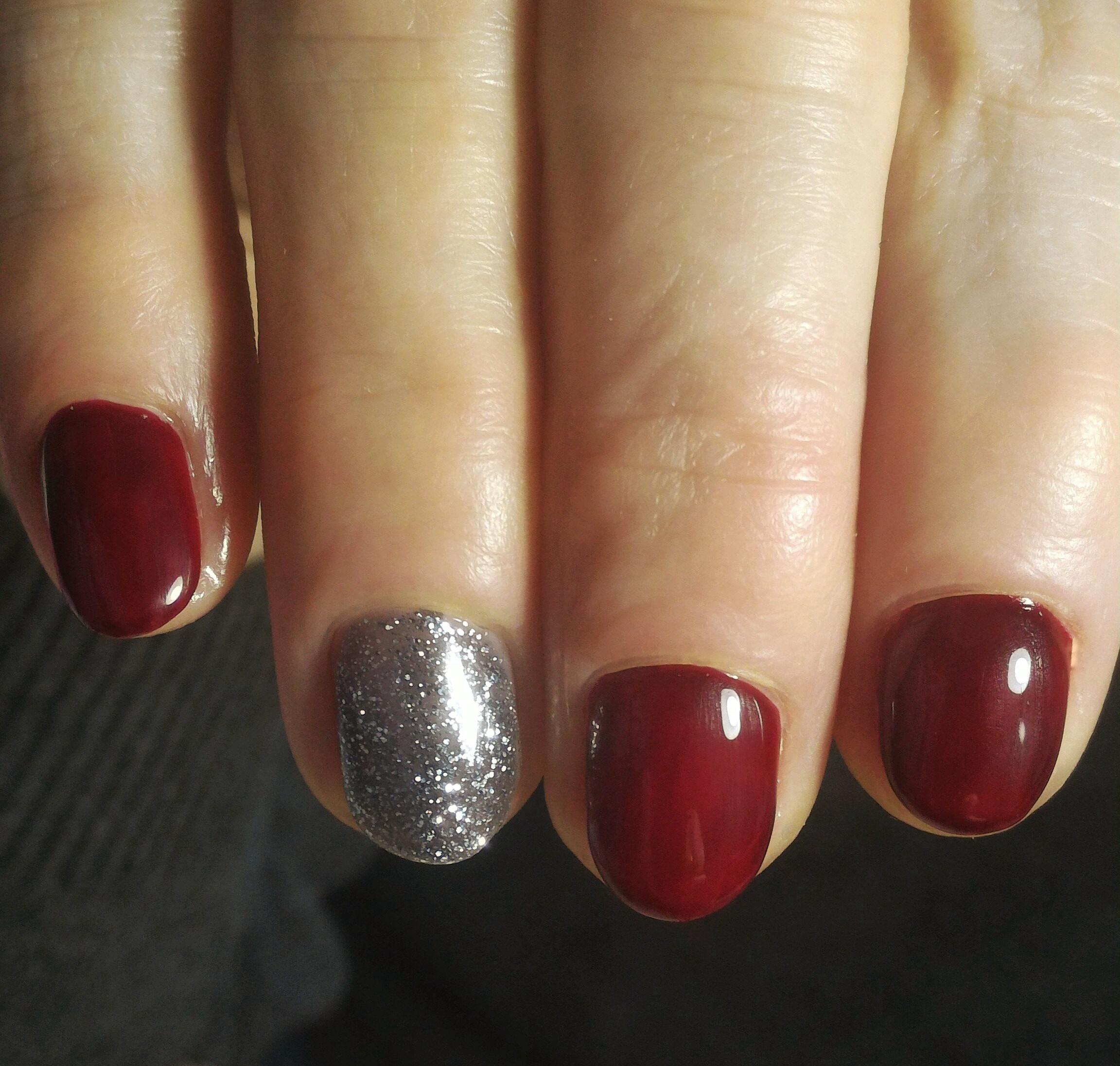 Маникюр с серебряными блестками в темно-красном цвете.