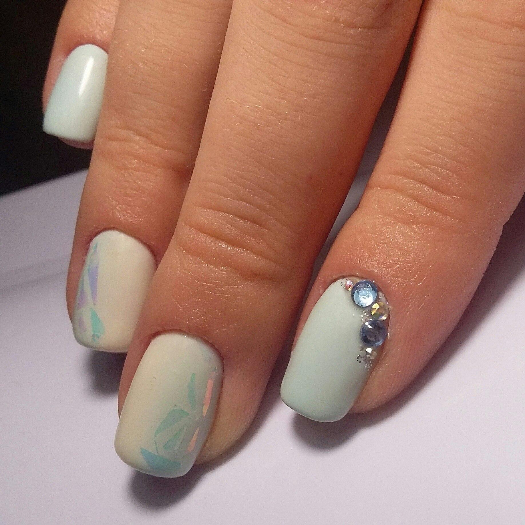 Маникюр с дизайном битое стекло и стразами в пастельных тонах на короткие ногти.