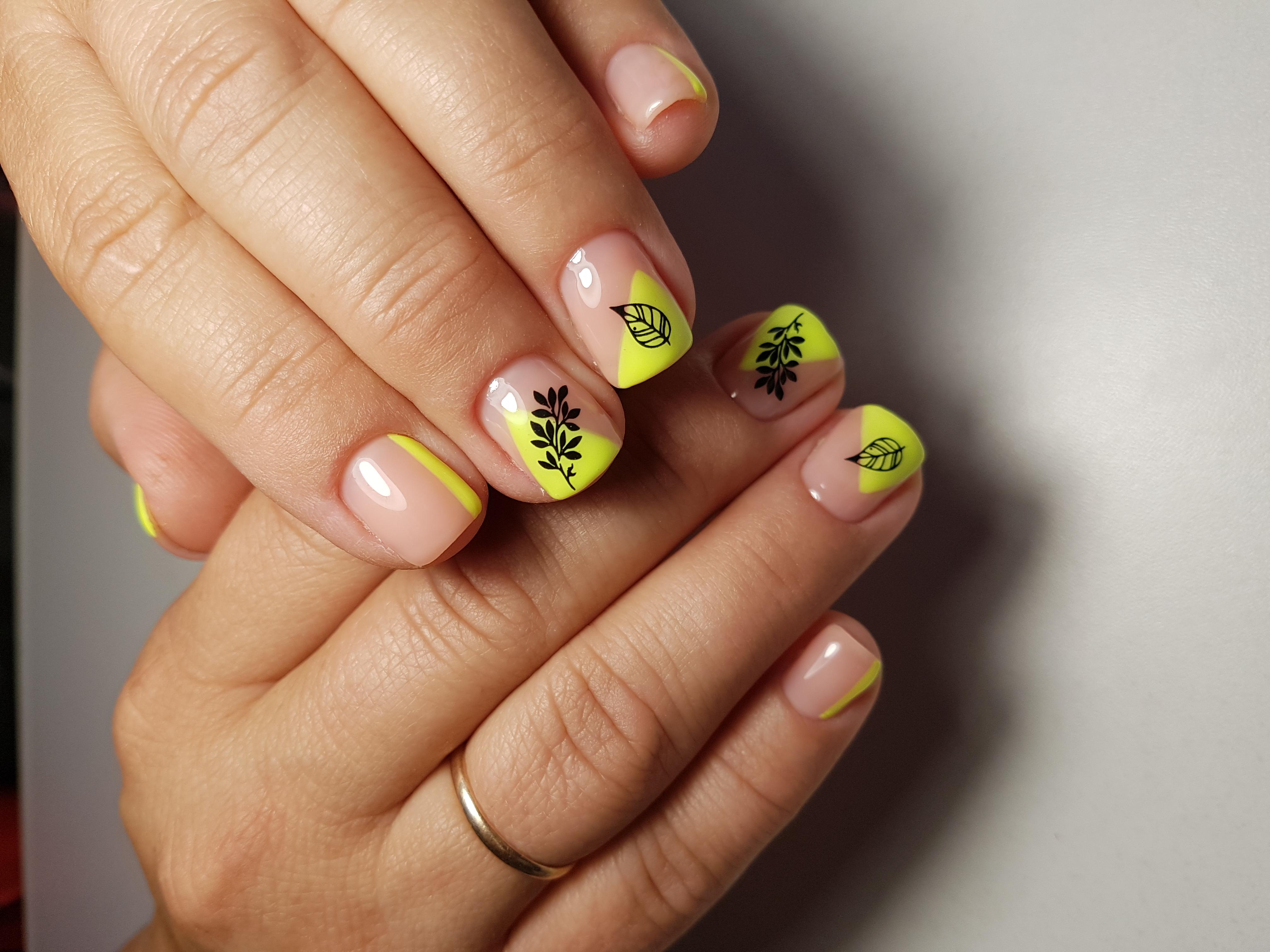Геометрический маникюр с растительными слайдерами на короткие ногти.