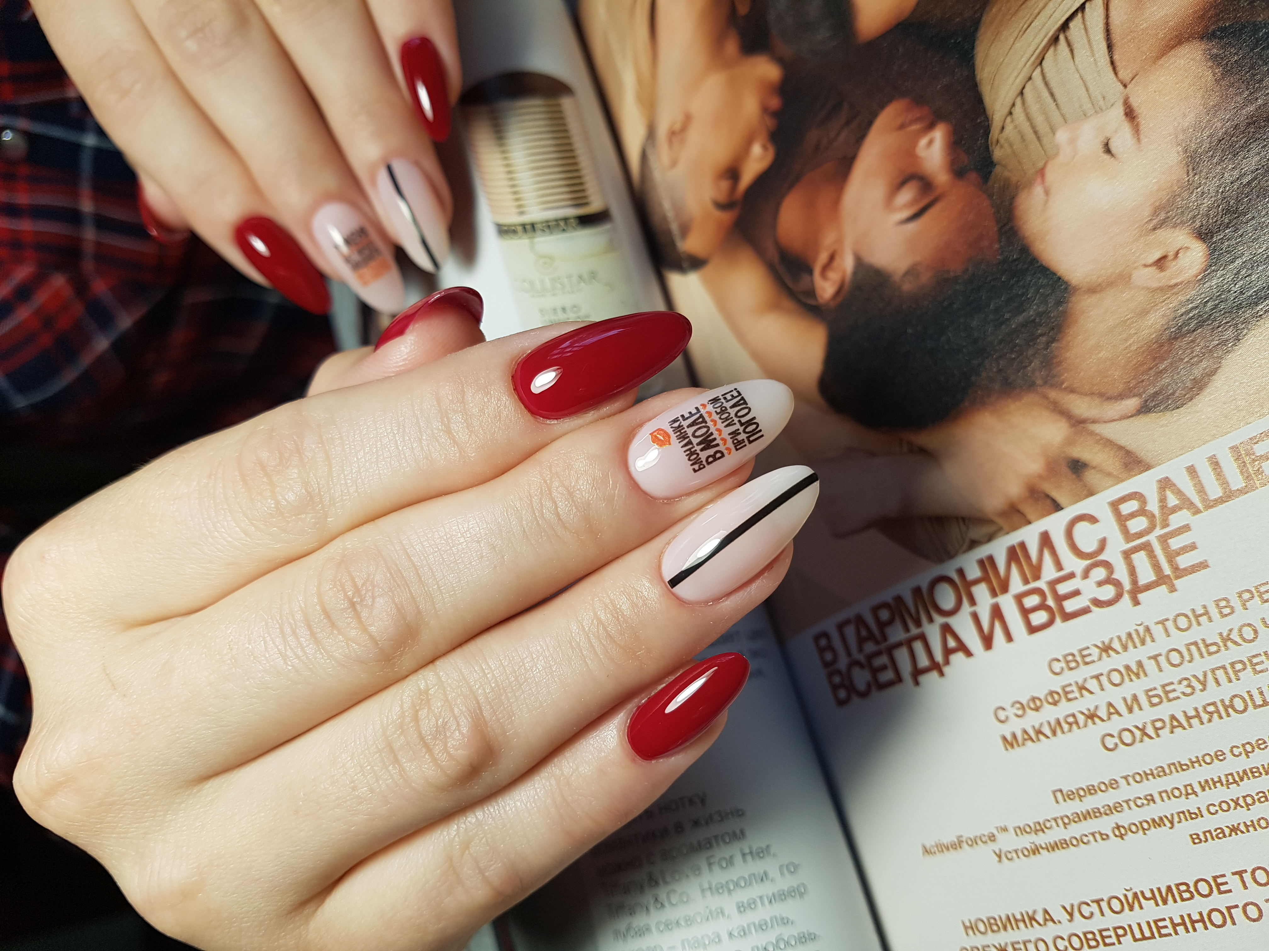 Маникюр с надписями и полосками в темно-красном цвете на длинные ногти.