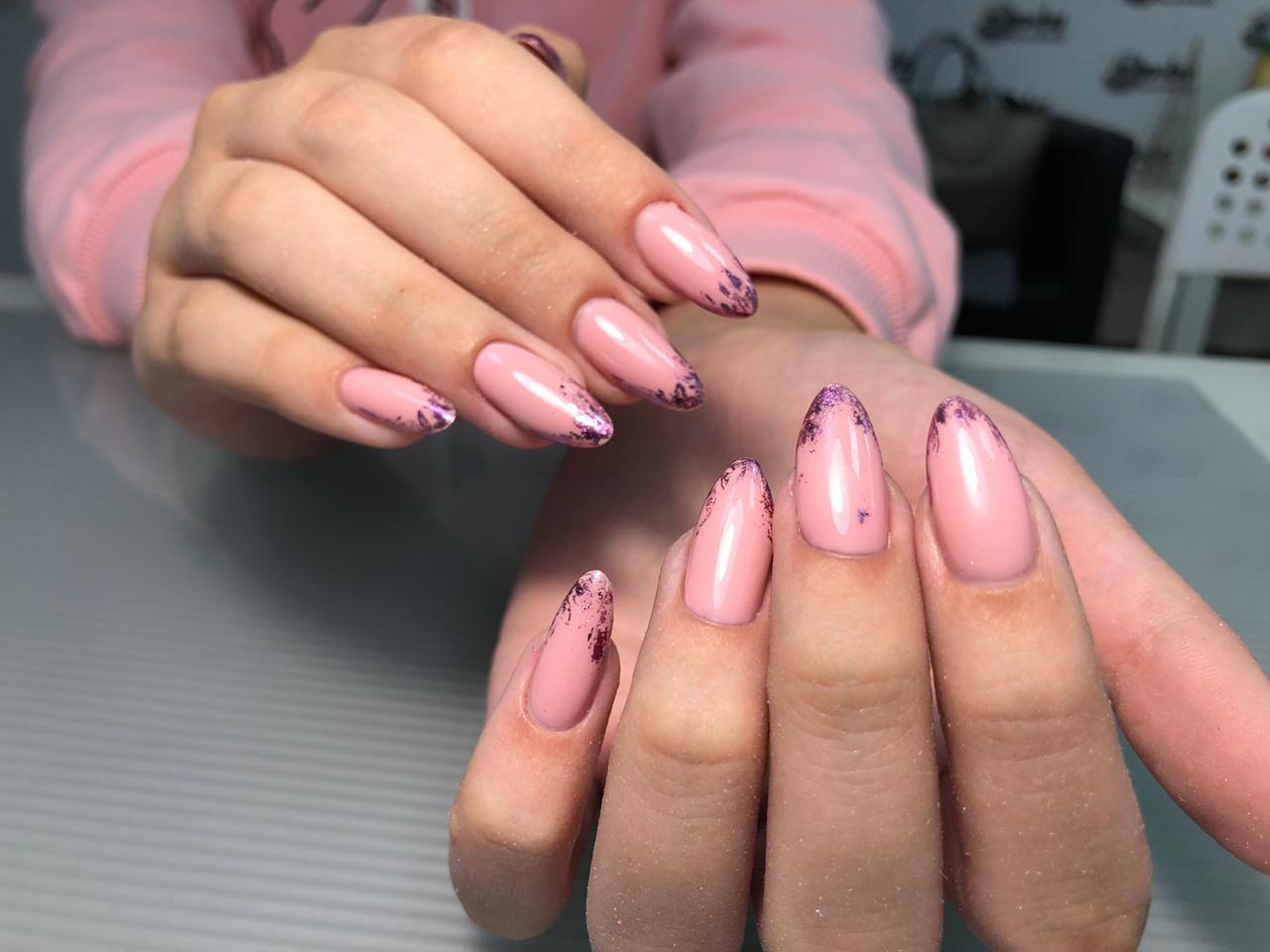 Маникюр с цветной фольгой в розовом цвете на длинные ногти.